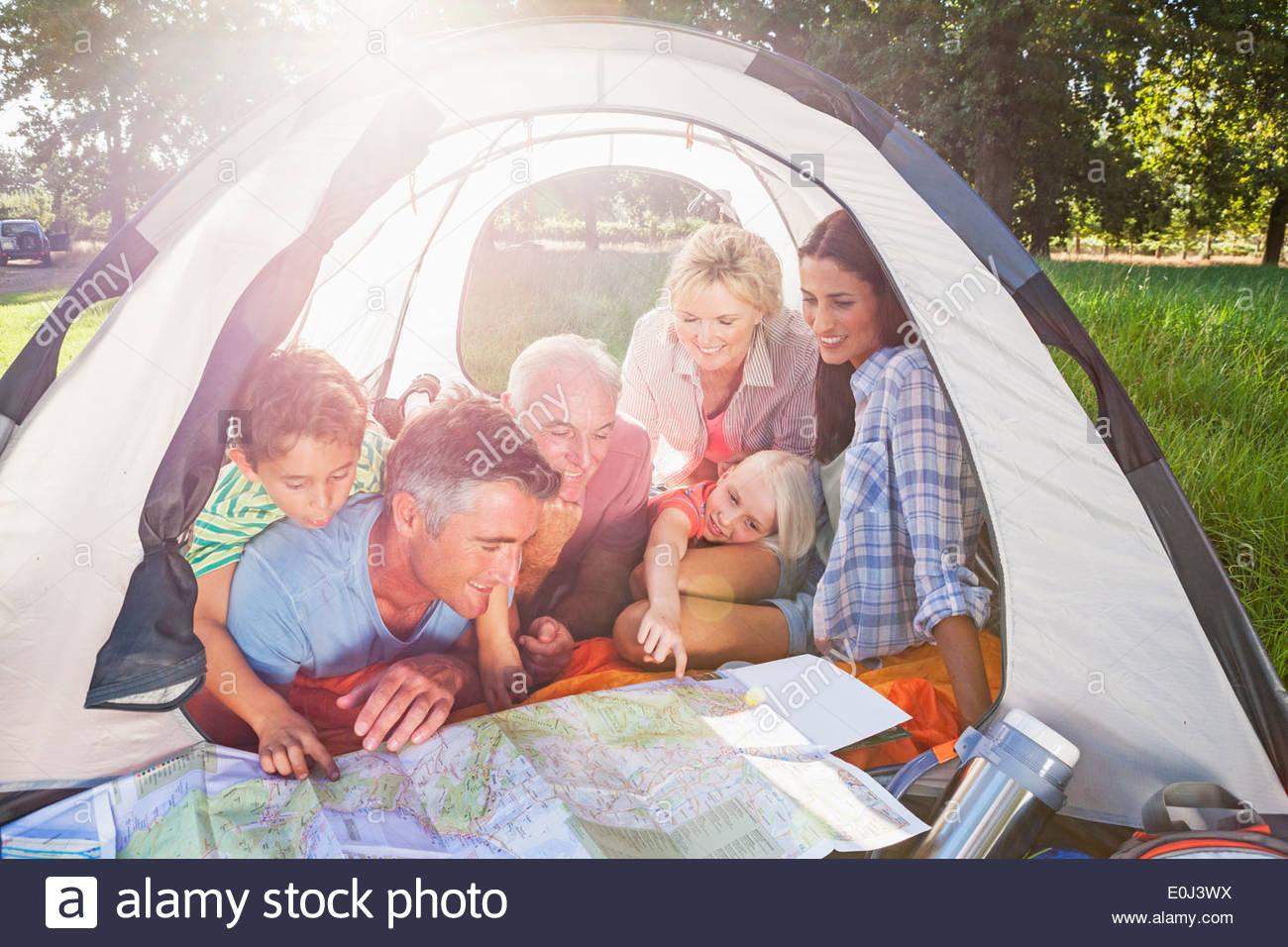Mehr-Generationen-Familie genießen Sie Camping-Ausflug Stockbild