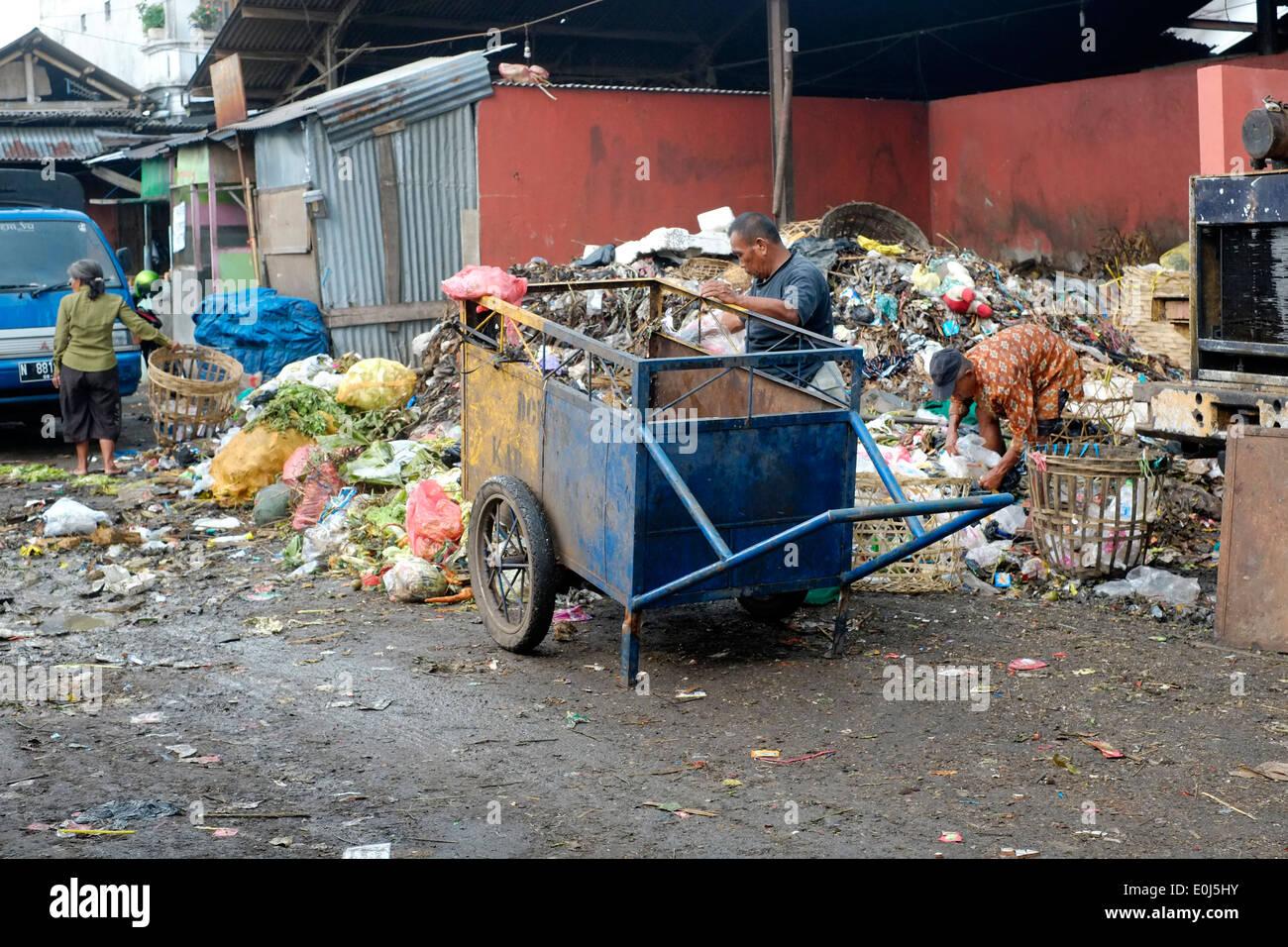 lokale Mann arbeitet auf Haufen stinkenden Müll auf eine öffentliche Müllkippe in Malang-Indonesien Stockbild