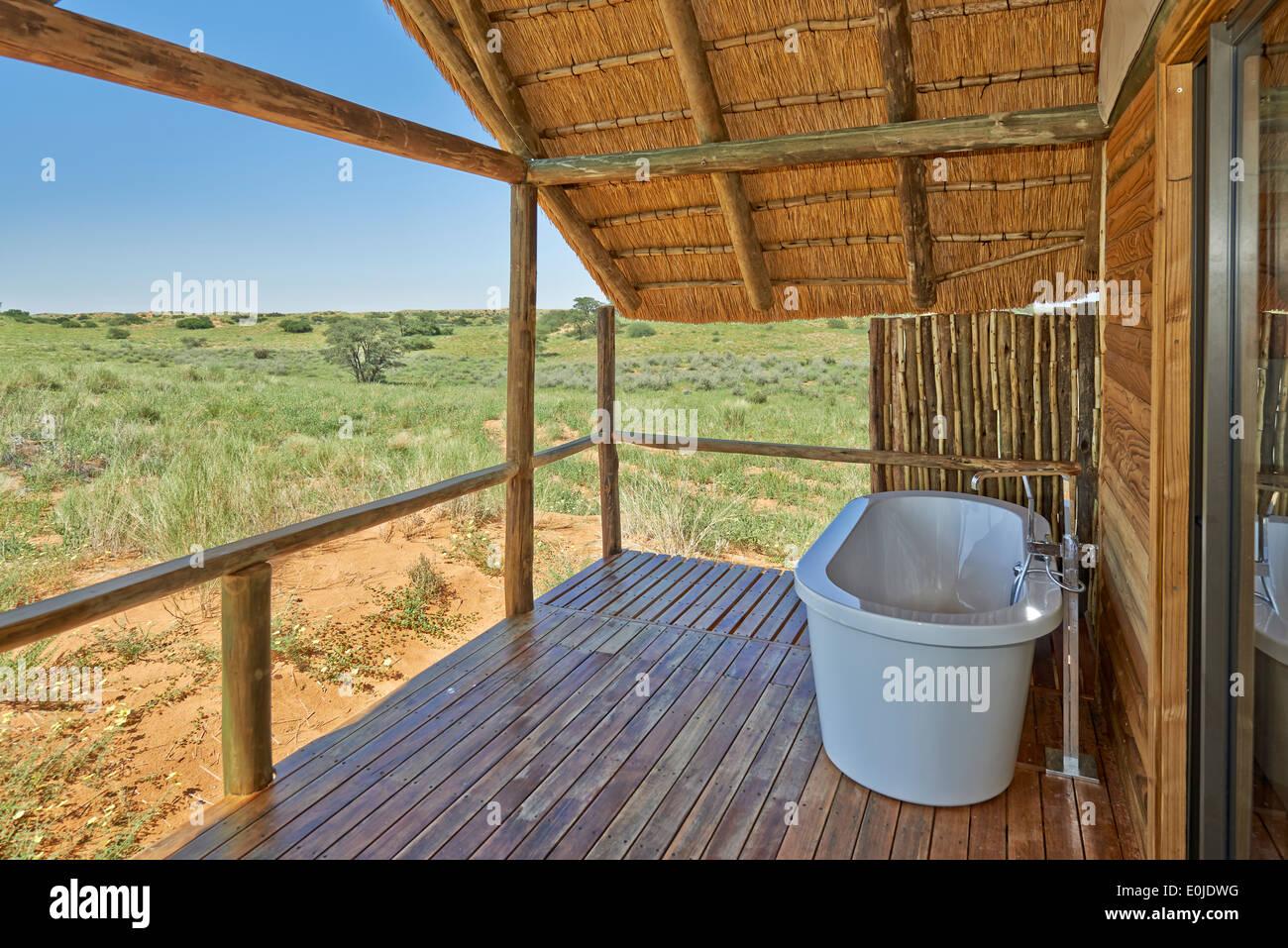 Blick von der privaten Terrasse mit Badewanne Rooiputs Lodge, Kgalagadi Transfrontier Park, Kalahari, Südafrika, Botswana, Afrika Stockbild