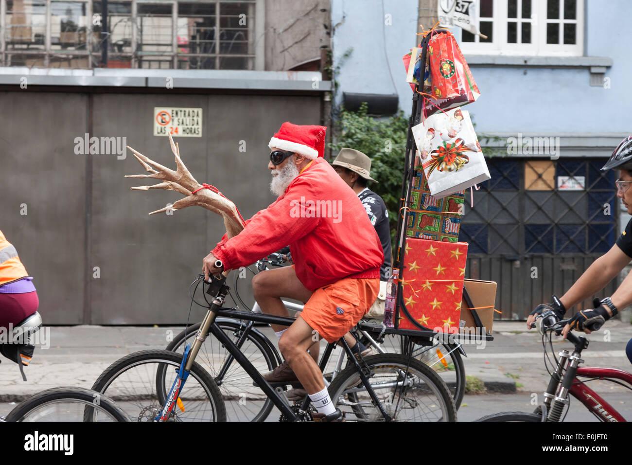 Reifer Mann Mit Dem Fahrrad Verkleidet Als Weihnachtsmann Auf Auto