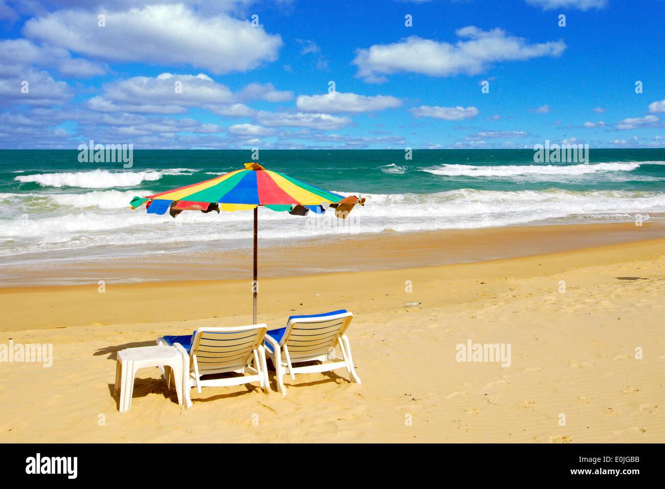 Liegestuhl mit sonnenschirm strand  Sonnenschirm Und Liegestuhl am Strand, Insel Phuket, Thailand ...