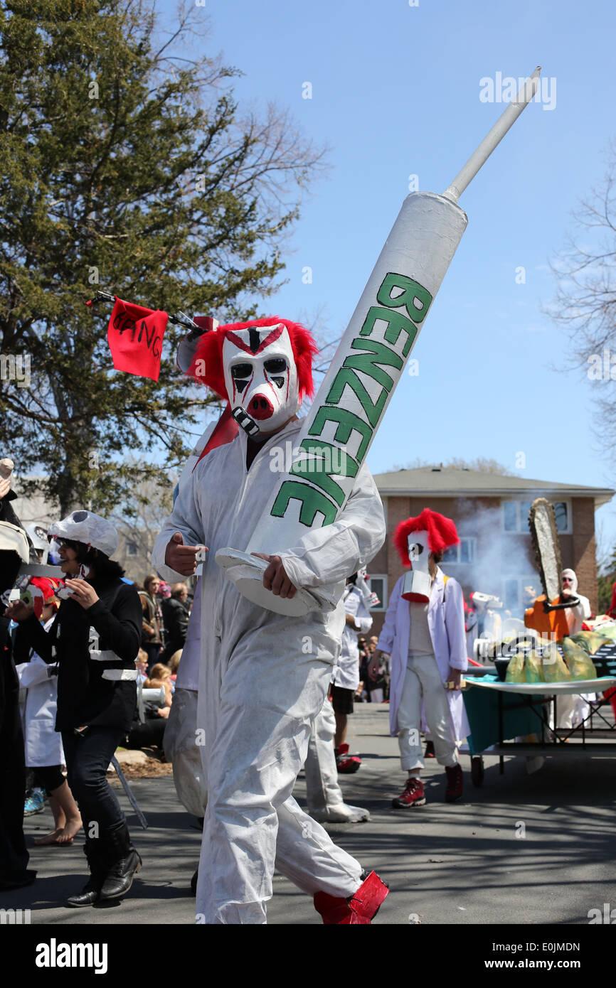 Ein Demonstrant marschieren gegen Benzol und andere Chemikalien, die Umwelt zu belasten. Stockbild
