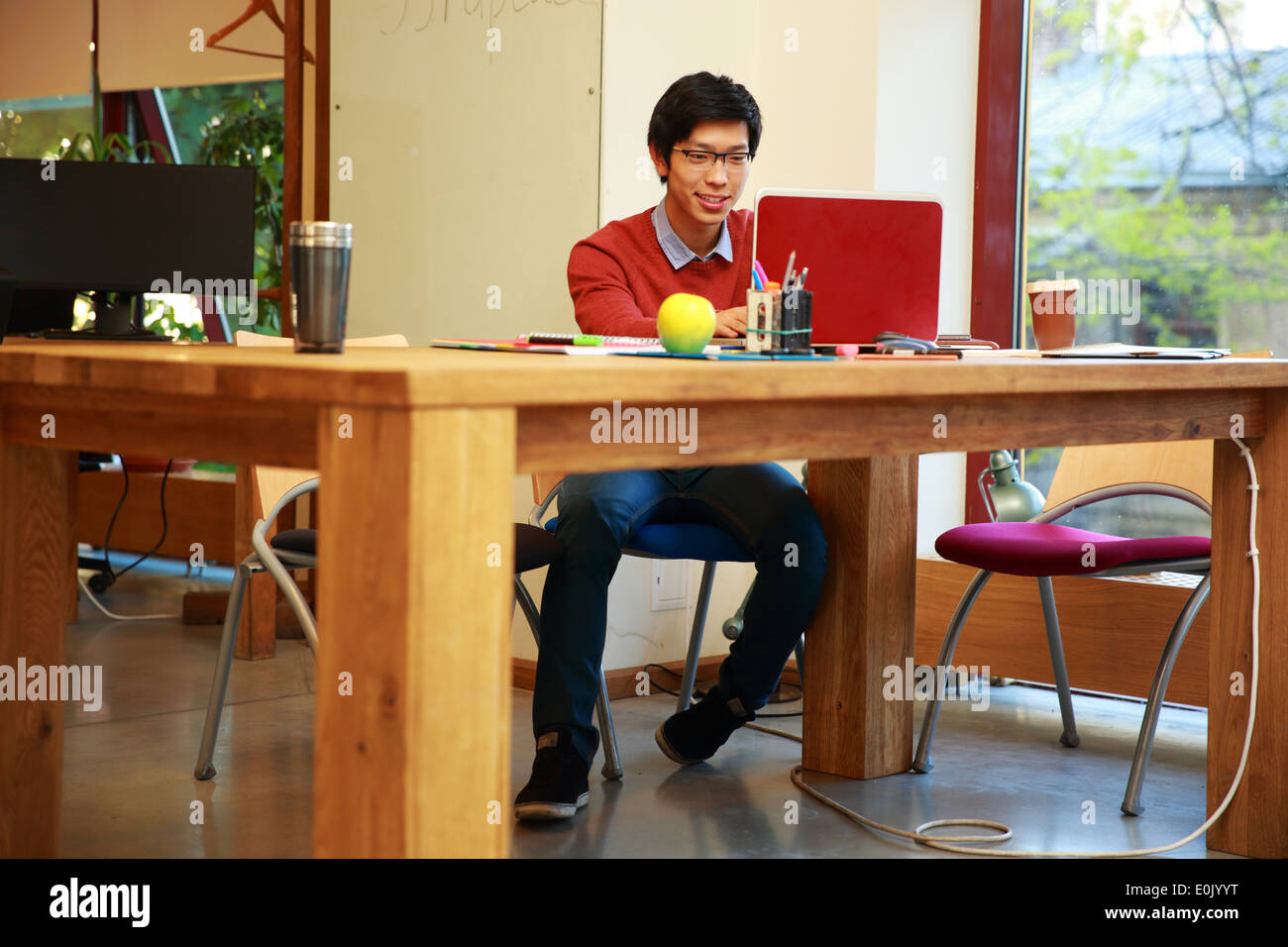 Junge asiatische Mann mit laptop Stockbild