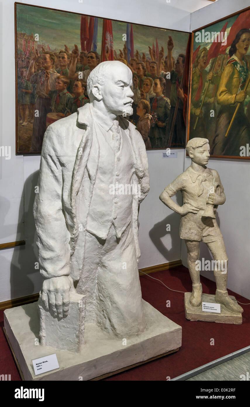 Statuen von Lenin und sowjetischen Pionier, sozialistischen Realismus Kunstgalerie, Zamoyski Palast in Kozlowka in der Nähe von Lublin, Kleinpolen, Polen Stockbild