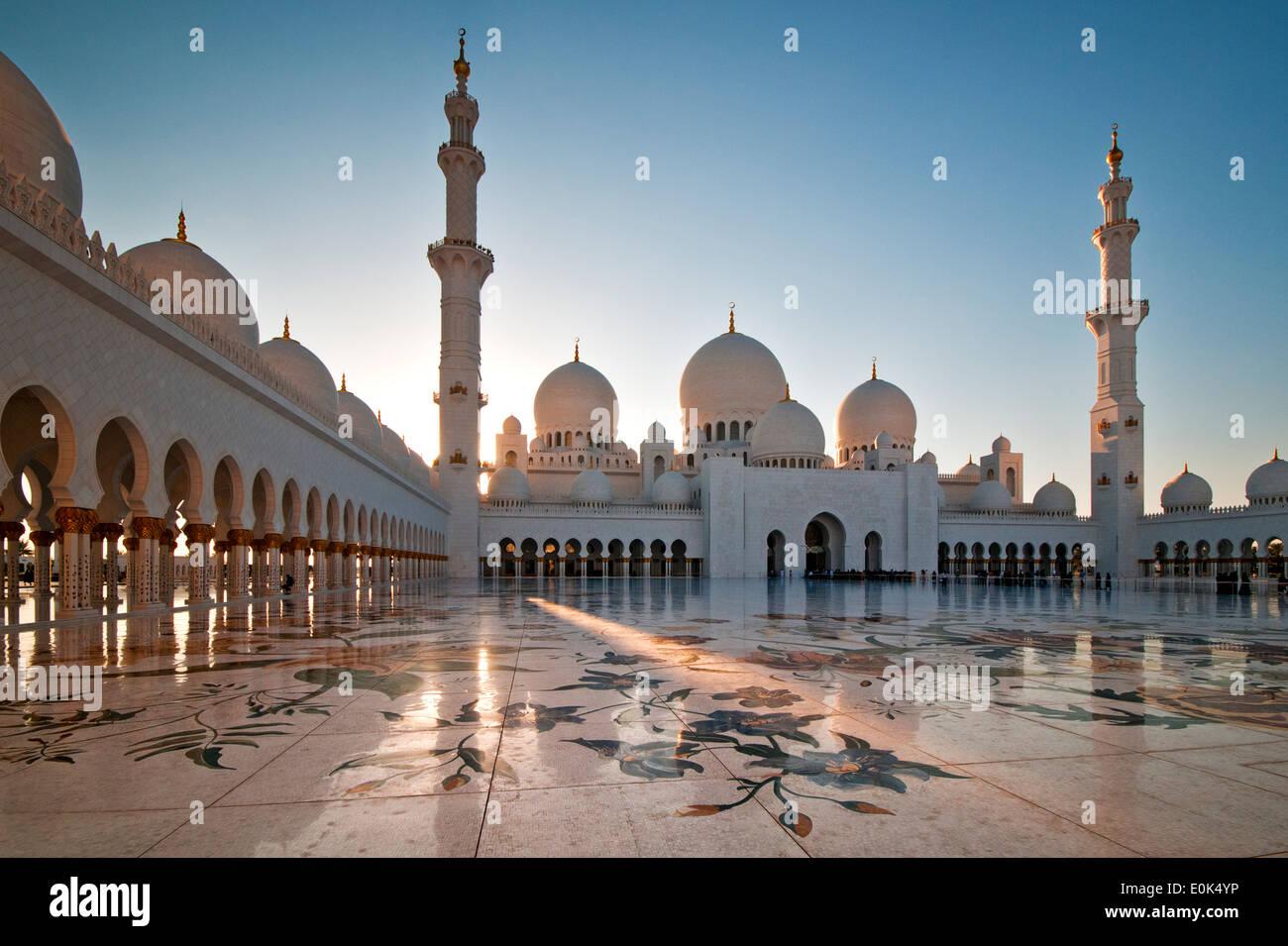 Die Sheikh Zayed Grand Moschee bei Sonnenuntergang, Abu Dhabi, Vereinigte Arabische Emirate, Naher Osten Stockbild