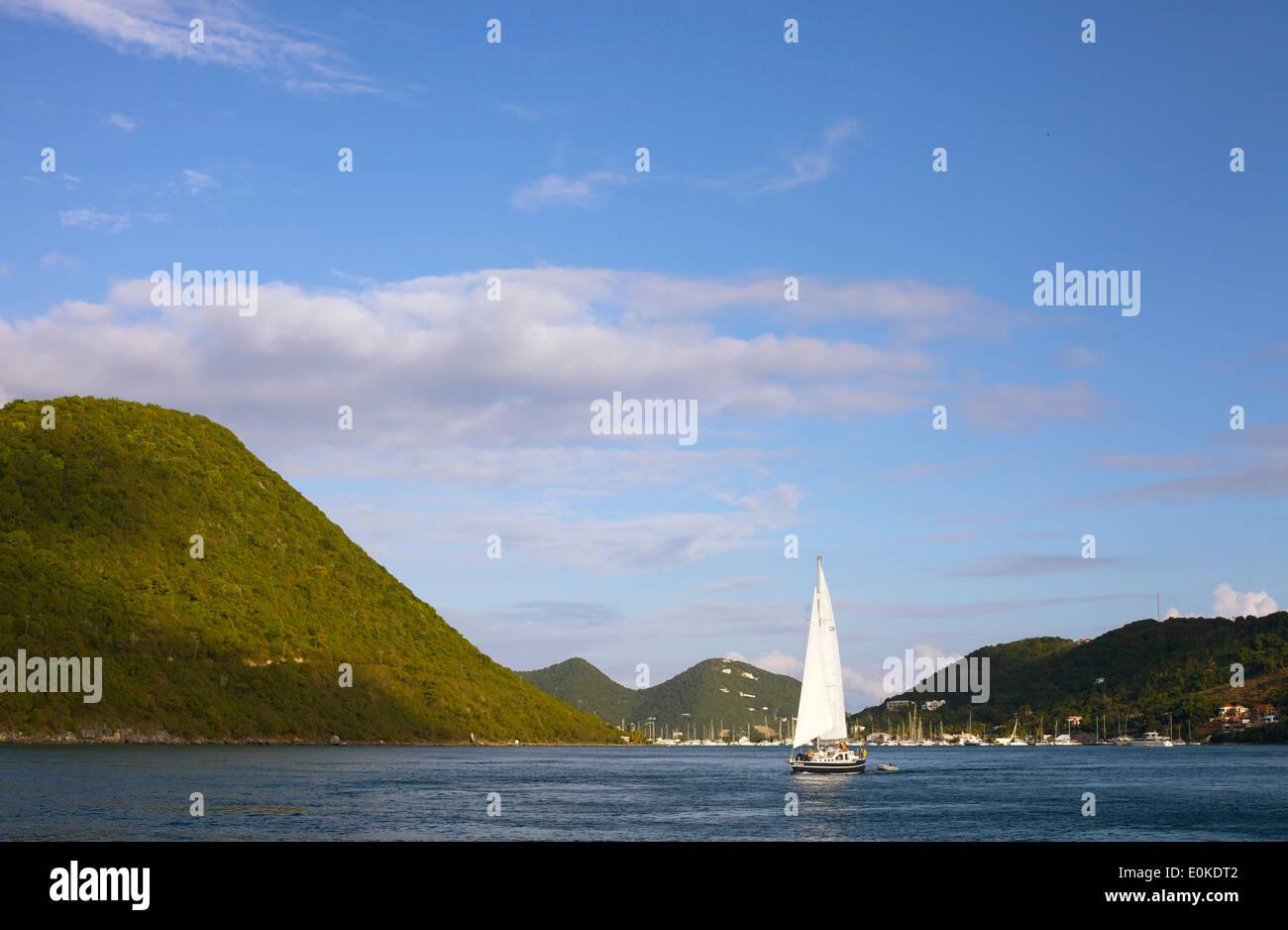 Ein Segelboot Kreuzfahrten auf das ruhige blaue Meer in den British Virgin Islands. Stockbild