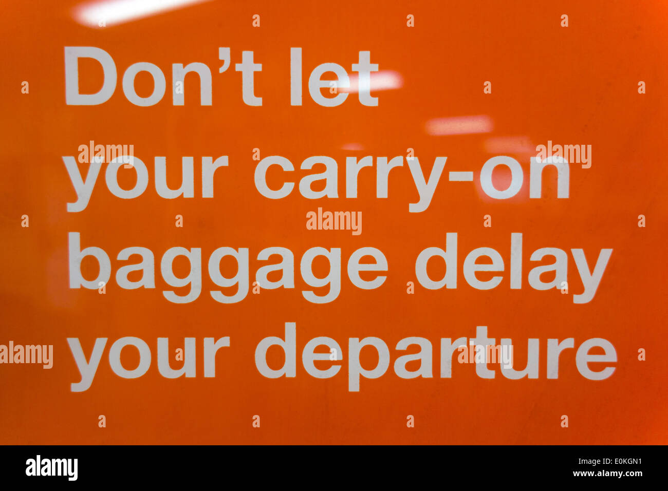 Lassen Sie sich nicht Ihr Handgepäck Ihrer Abreise verzögern. Schild am Flughafen Auckland Warnung über Kabine, Handgepäck Bhz weitermachen Stockbild