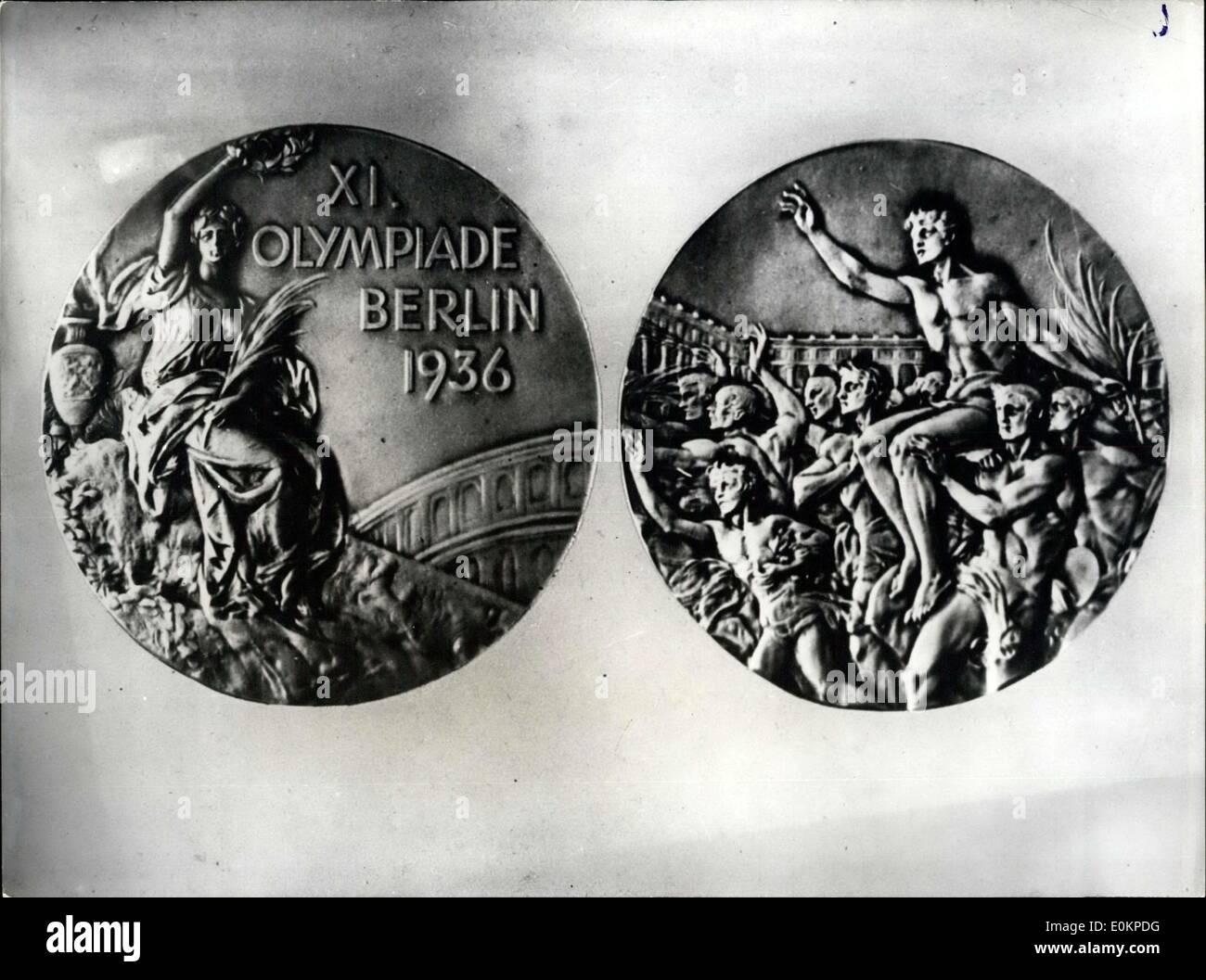 28 Mai 1936 Medaillen Der Olympischen Spiele Berlin 1936 Unser Foto Berlin Olympia Medaille 1936 Front Zeigt Die Gottin Des Sieges Auf Der Ruckseite Gewinner Des Marathon In Triumph Durchgefuhrt Stockfotografie Alamy
