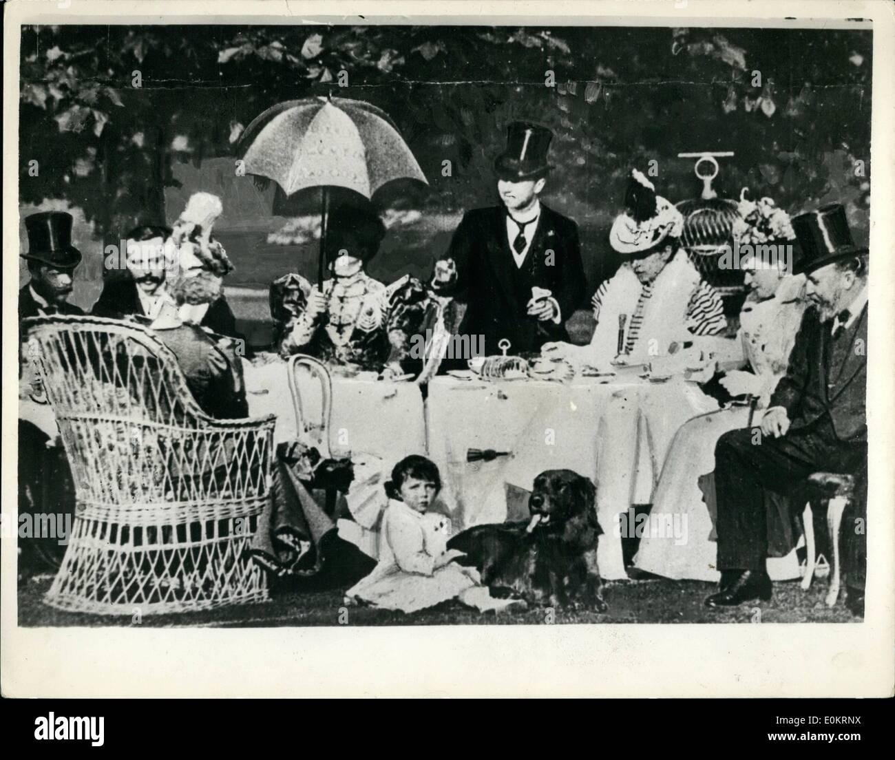 6. Juni 1949 - Ewsreel von der '' der 90er Jahre (3 zukünftige Könige waren dort) findet sich in einem alten Dachboden: dieses Bild stammt von einer der 300 Rollen Film fand letzte Woche, nachdem sie seit 51 Jahren auf einem alten Dachboden Couramt Zeitungsbüro in den Haag gelegen hatte. Es zeigt eine Gartenparty von 1890 im Buckingham Palace. Und es wurde von den weltweit ersten Wochenschau Kameramann fotografiert. Er, es wird vermutet, war ein Amerikaner, ein Amerikaner Dachgeschoss in der Zeitungsredaktion weitergeleitet und als Kino genutzt. Das Kino ist fehlgeschlagen, die '' unleserliche '' Miete. Sie sind den einzige bekannten Film von Papst Leo XIII. Stockbild