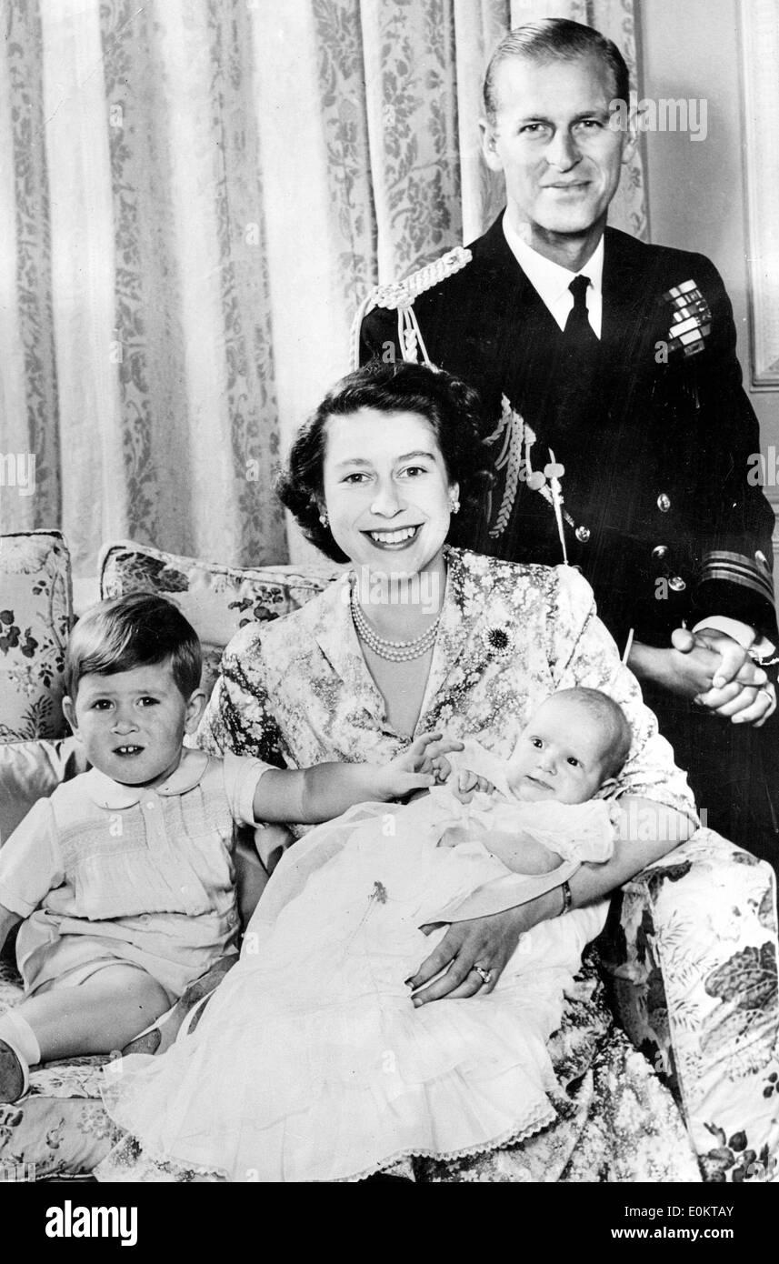 Königin Elizabeth Ii Und Prinz Philip Mit Ihren Kindern Stockfoto
