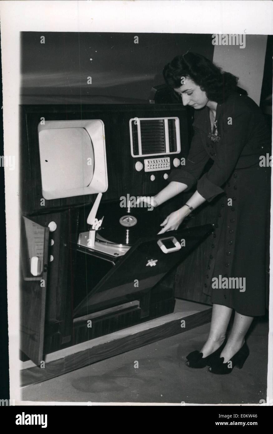 3. März 1950 - The kombiniert Fernsehempfänger und Auto-Funkspruch an die Ausstellung Ideal Häuser gesehen. Foto zeigt die Stockbild