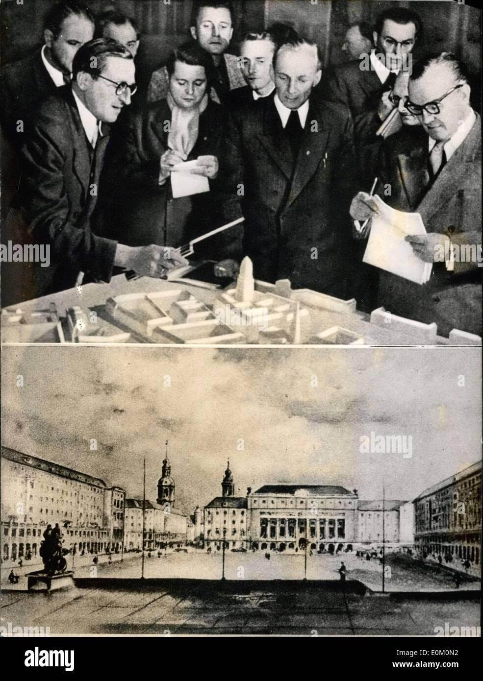 5. Februar 1953 - Pläne für den Wiederaufbau von Dresden; bekam den Preis während eines Wettbewerbs Stockbild