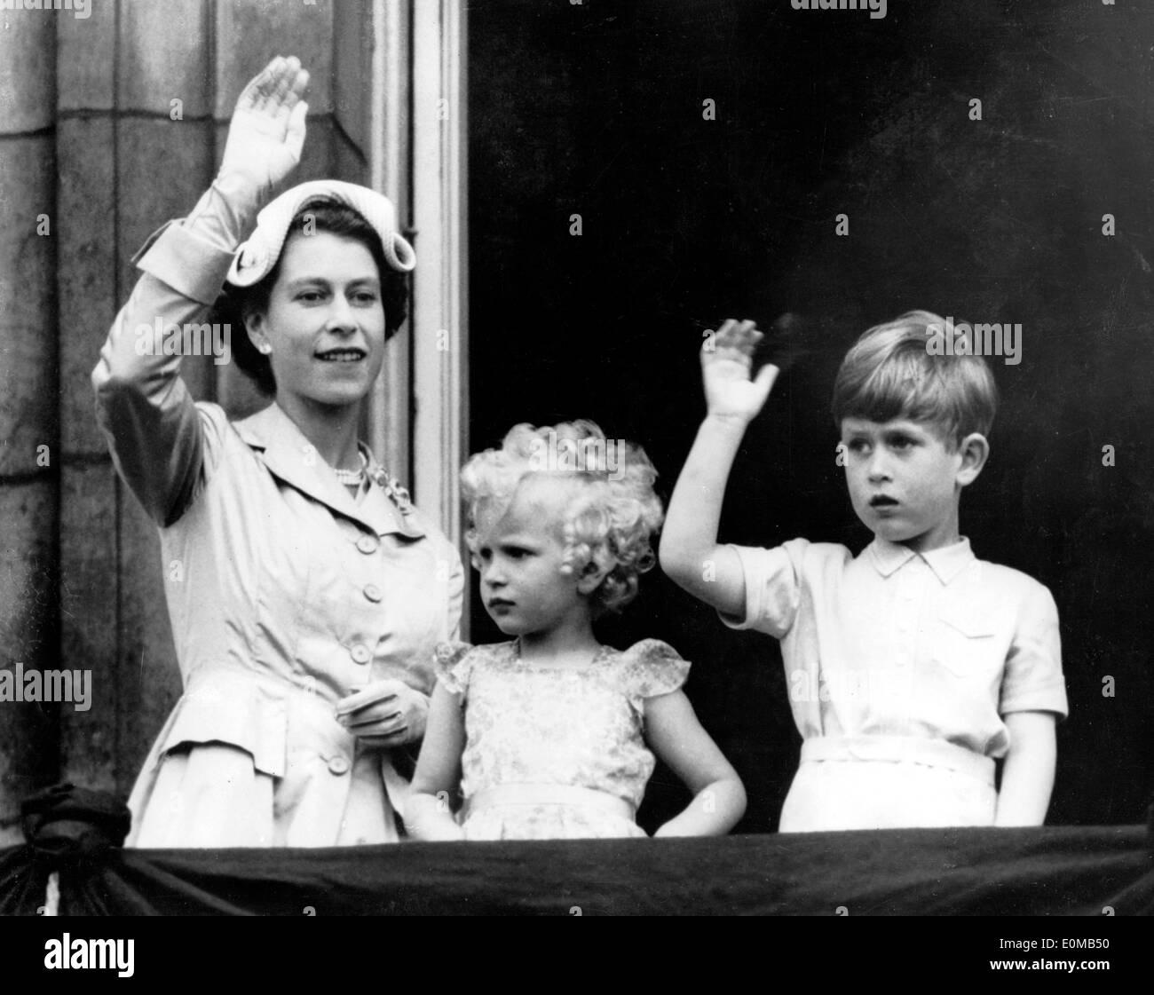 Königin Elizabeth Ii Und Ihre Kinder Winken Vom Balkon Stockfoto