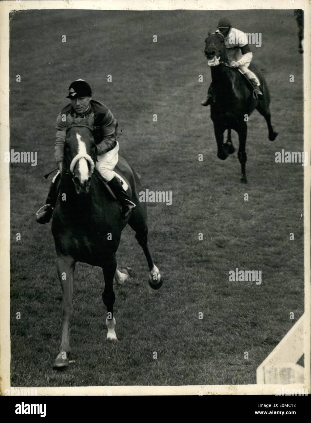 6. Juni 1954 - Rennen in Epsom. Der Königin Pferd gewinnt Coronation Cup. Keystone-Fotoshows:-die Szene in Epsom zeigt die Königin Pferd '' Aureole'', von E. Smith, gewann den Coronation Cup in Epsom, von '' Chatsworth (F. Barlow) Stockbild