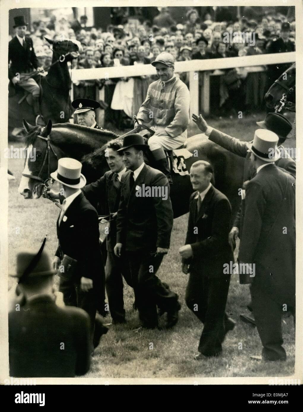 6. Juni 1955 - Gordon Richards gewinnt seinen ersten Derbys, Königin zweite Pferd. Gordon Richards, der Champion Jockey gewann heute sein erste Derby auf Sir V. Sassoon Pinza. Die Königin Pferd geritten von w.h. Carr, Aureole war zweiter und rosa Pferd (Rae Johnstone) wurde Dritter. Keystone-Foto zeigt: Sir Victor Sassoon führt sein Pferd Pinza, Gordon Richards, bis heute das Derby gewann. Keystone Stockbild
