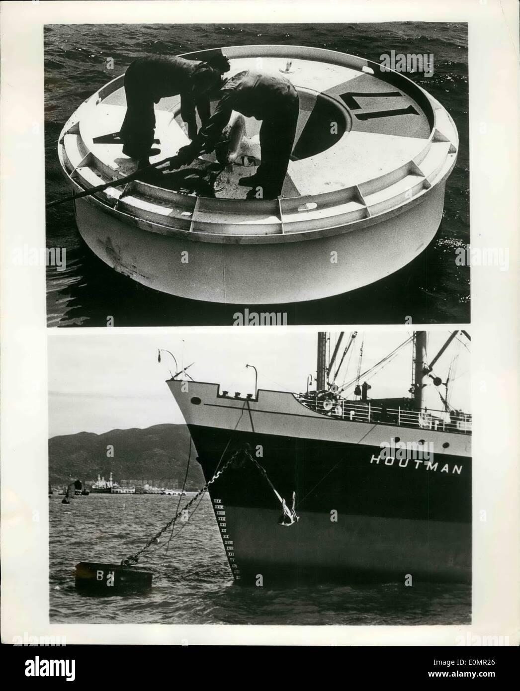 : 5. Mai 1956 - Boje Roving Eye als schmeckte im Taifun fegte Hafen von Hong Kong ist eine neue britische Boje behauptete, Liegeplatz schneller und effizienter und sicherer für Schiffe und Besatzung zu machen. Ein Merkmal der Boje ist seine '' Liegeplatz Auge '' versichert, die sofortige Verbindung immer bei '' offen '' und Schlange, sofort mit der Zugrichtung der Liegeplatz. Die Boje wird auch behauptet, zu tun, Weg mit Kette-Anhänger reiben und tragen. Foto zeigt die neue Boje in Hong Kong Hafen in Nahaufnahme und totale im Einsatz. Hersteller: Lambert Garland Liegeplätze Ltd., Killearn, Glasgow, Schottland. Stockbild