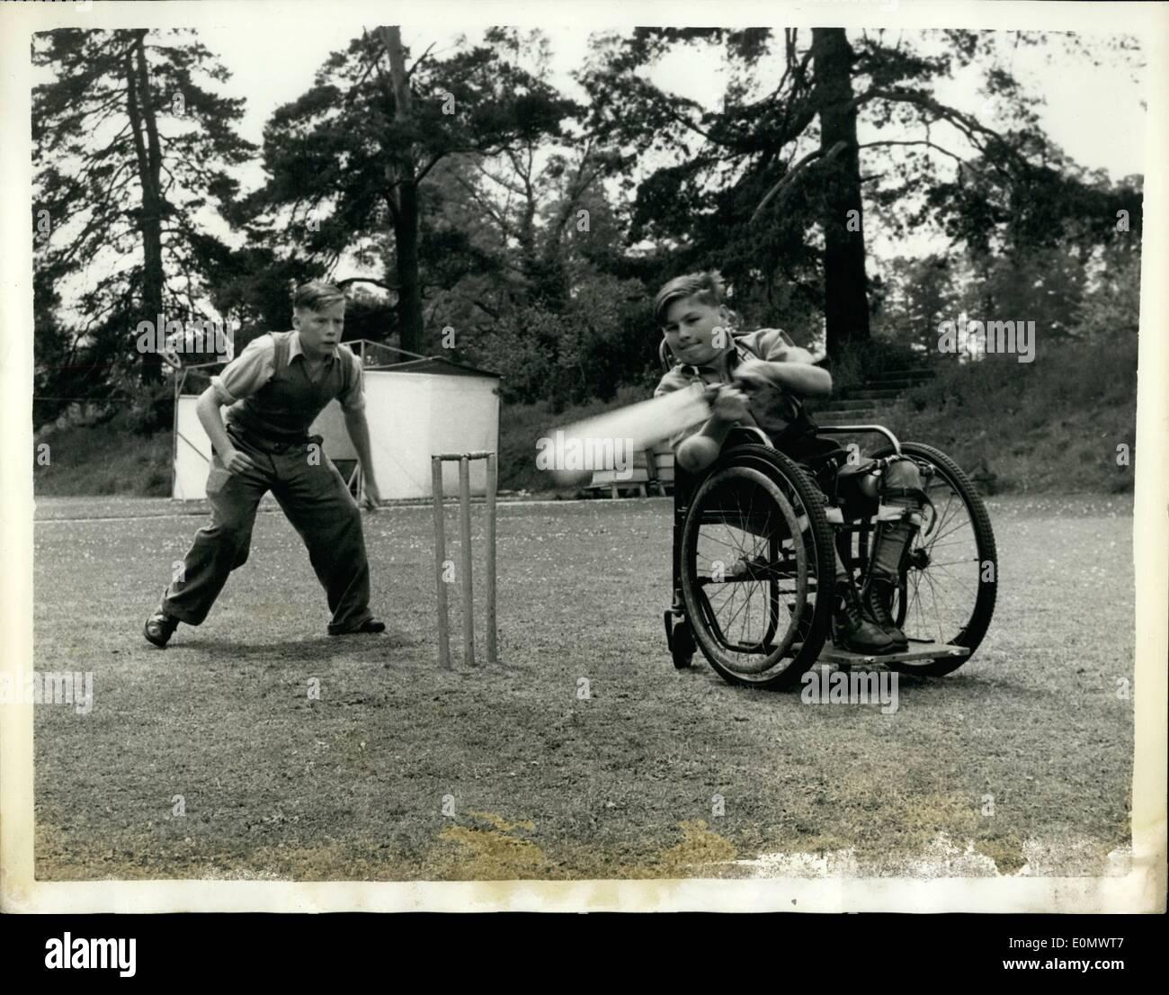 7. Juli 1956 - Cricket - vom Rollstuhl und Krücken: Nachmittags feine ring die Rasen des Hinwick Hall, Betten, mit jungenhaften Stimmen Cricket spielen. Das Klicken des Leders auf Weide, der Schrei des '' ist wie das '' sind typisch für die Schreie hörte auf Hunderten von Schule-Spielplätze und Freizeitanlagen. Aber ein genauerer Blick zeigt einen Unterschied Stockbild