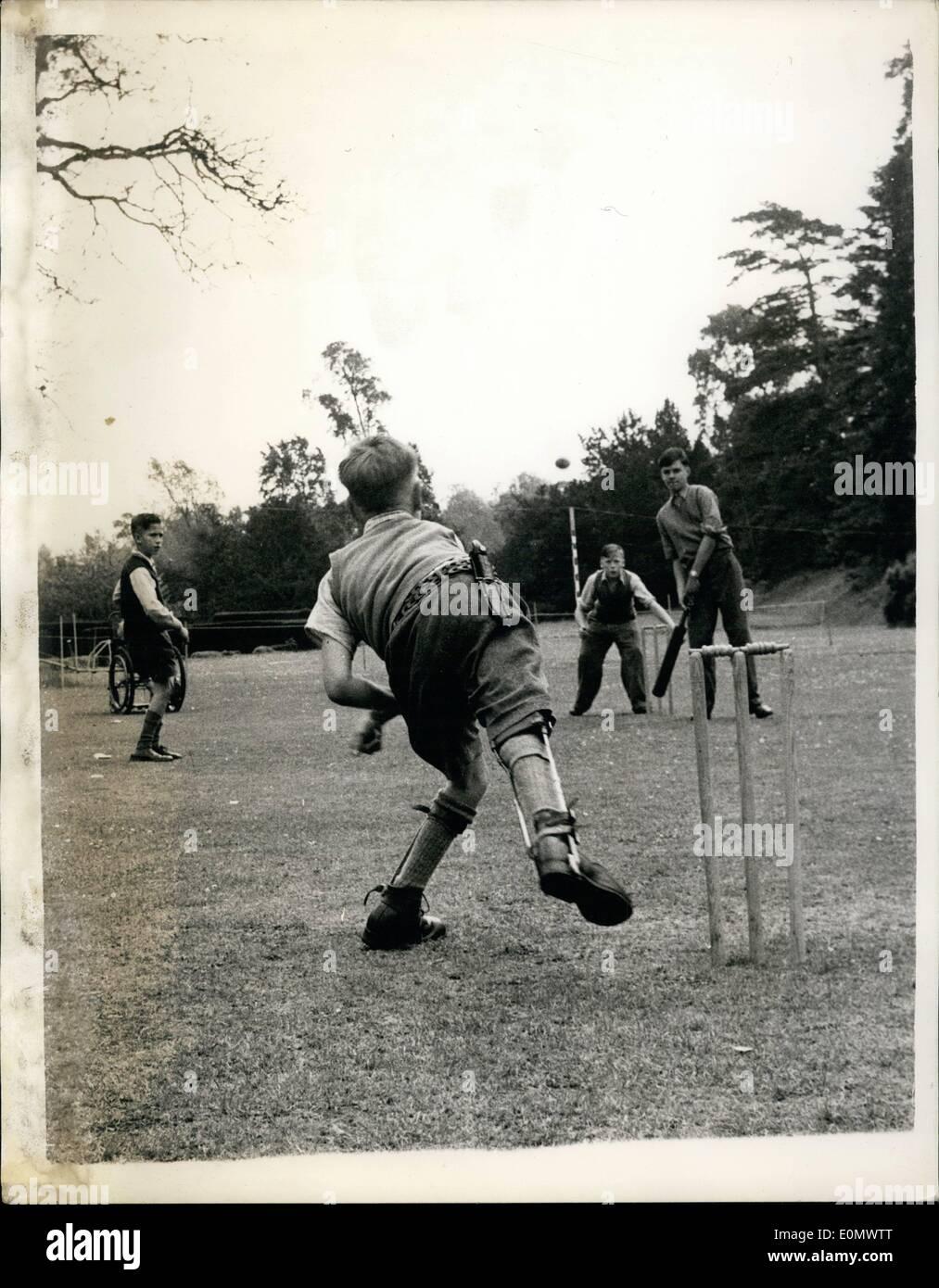 7. Juli 1956 - Cricket - Rollstühle und Krücken.: jeder schönen Nachmittag die Rasen von Hinwick Hall, Betten, ring mit jungenhaften Stimme Cricket spielen. Das Klicken des Leders auf Weide, der Schrei des '' wie ist das '' sind typisch für die Schreie hörte auf Hunderten von Schule-Spielplätze und Freizeitanlagen. Aber näher sieht zeigt einen Unterschied Stockbild