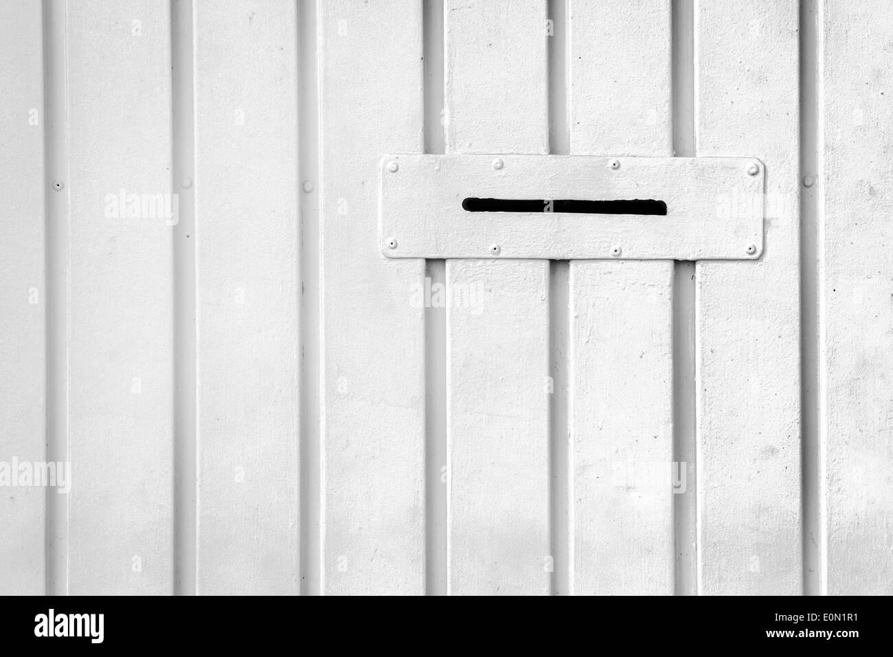 Postfach Loch für Briefe an weißer Wand Stockbild