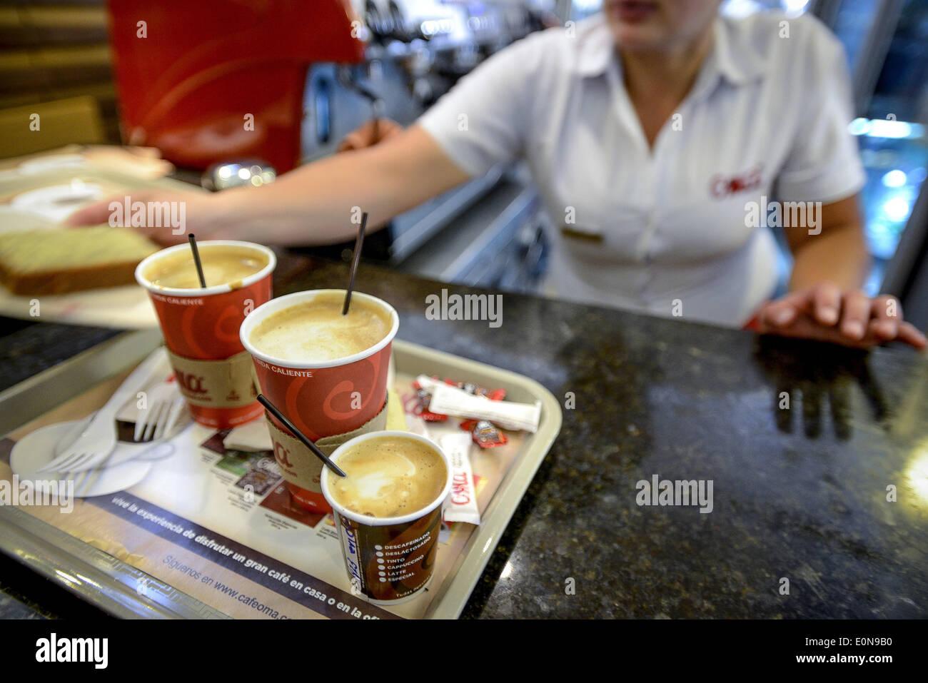 Jardin, Departement Antioquia, Kolumbien. 18. März 2014. 18. März 2014 - wie dieser Coffee-Shop in Bogota, Kolumbien, gedeihen viele Geschäfte in der gesamten Nation als beliebte Getränke wie Tinto und Latte häufig sind. Geschichte Zusammenfassung:. Tief in die grünen Täler der Region Kolumbiens Departement Antioquia ist Fabio Alonso Reyes Cano Kaffee Finca. Finca La Siemeona hat seit Generationen Canos-Familie. Er und zwei Arbeiter auf dem Bauernhof der 5 Hektar Land wie seine Vorfahren von Bean Bohne. Es ist eine Tradition, die inmitten der modernen Anbaumethoden, die schneller ernten schwand hat aber die selektiv pi Stockbild