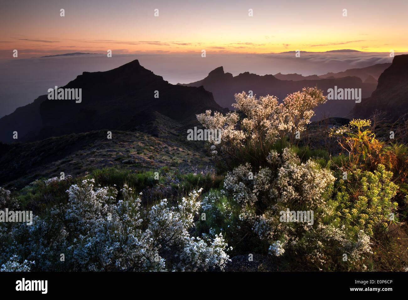 Mirador Degollada de Cherfe Blick über Teno-Gebirge mit Insel La Gomera und La Palma während Sonnenuntergang Teneriffa Kanaren Stockbild