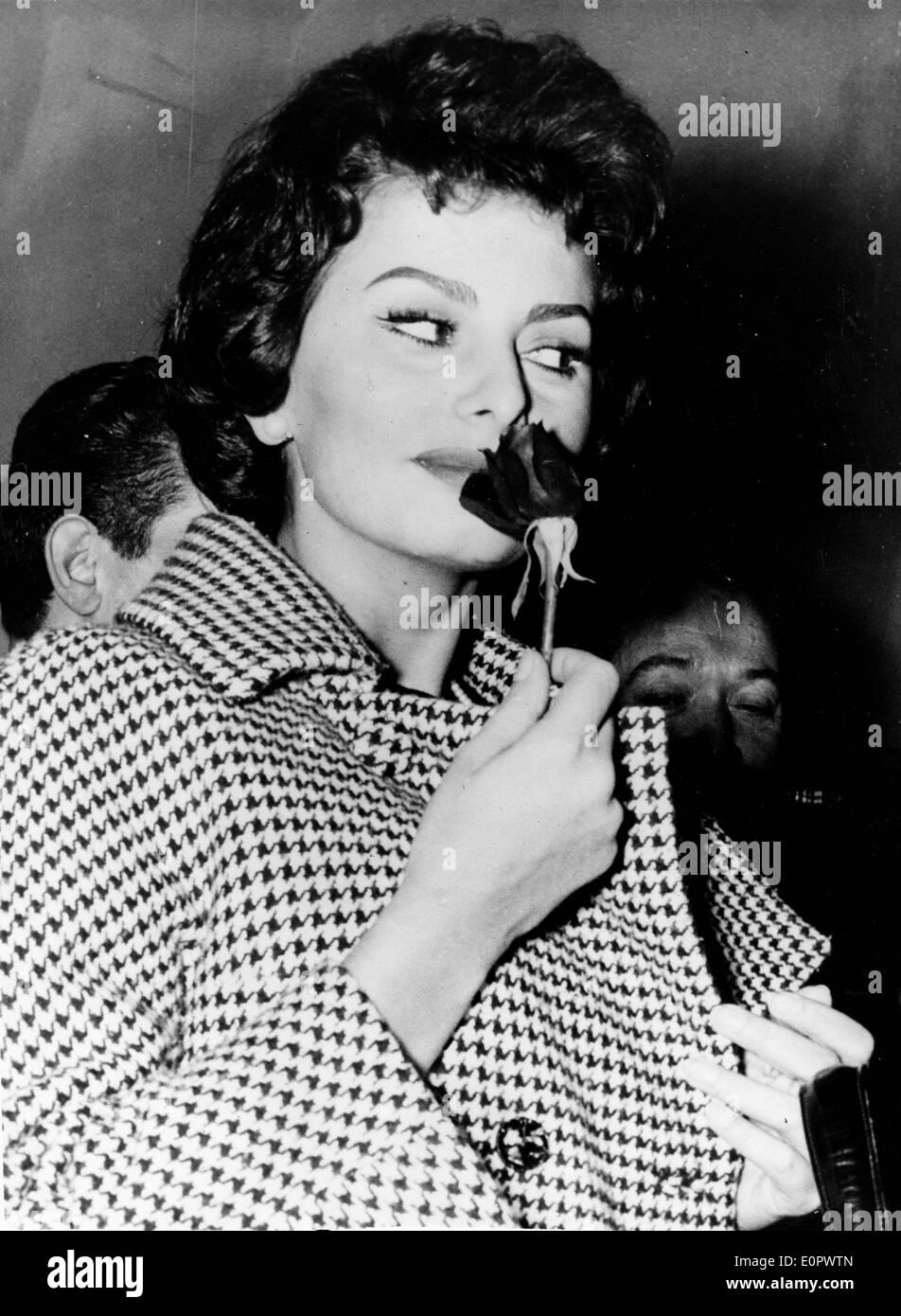 """Schauspielerin Sophia Loren am Set von """"The Legend of the Lost"""" Stockbild"""