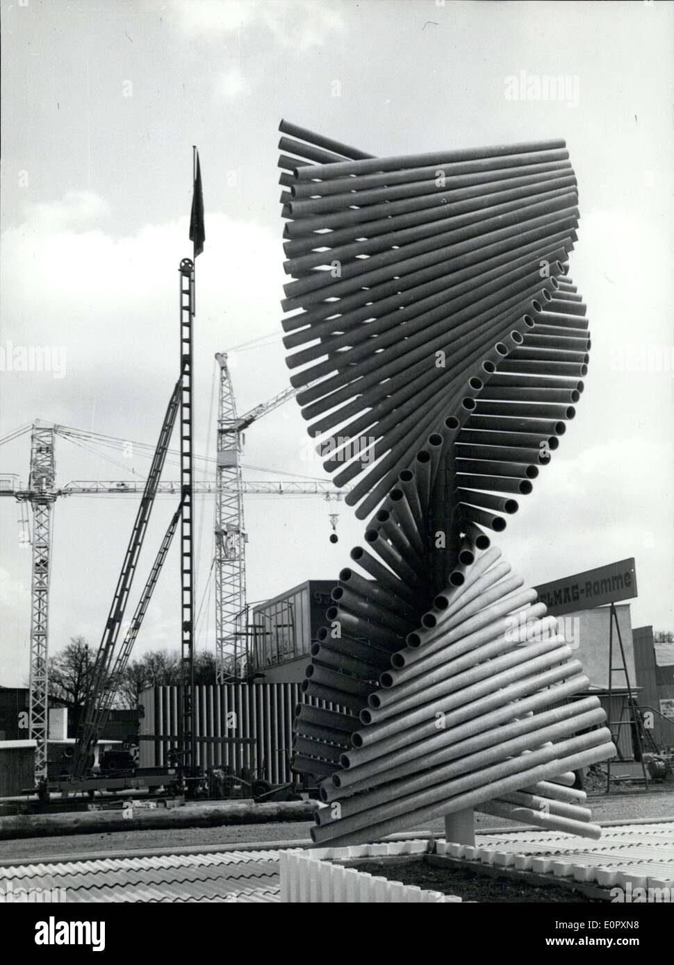 25. April 1957 - ist im Bild eine Kunstausstellung mit dem Titel '' Rastertunnelmikroskops aus Eternit,'', die auf dem Display in Hannover bei der German Industrial Fair war. Stockbild