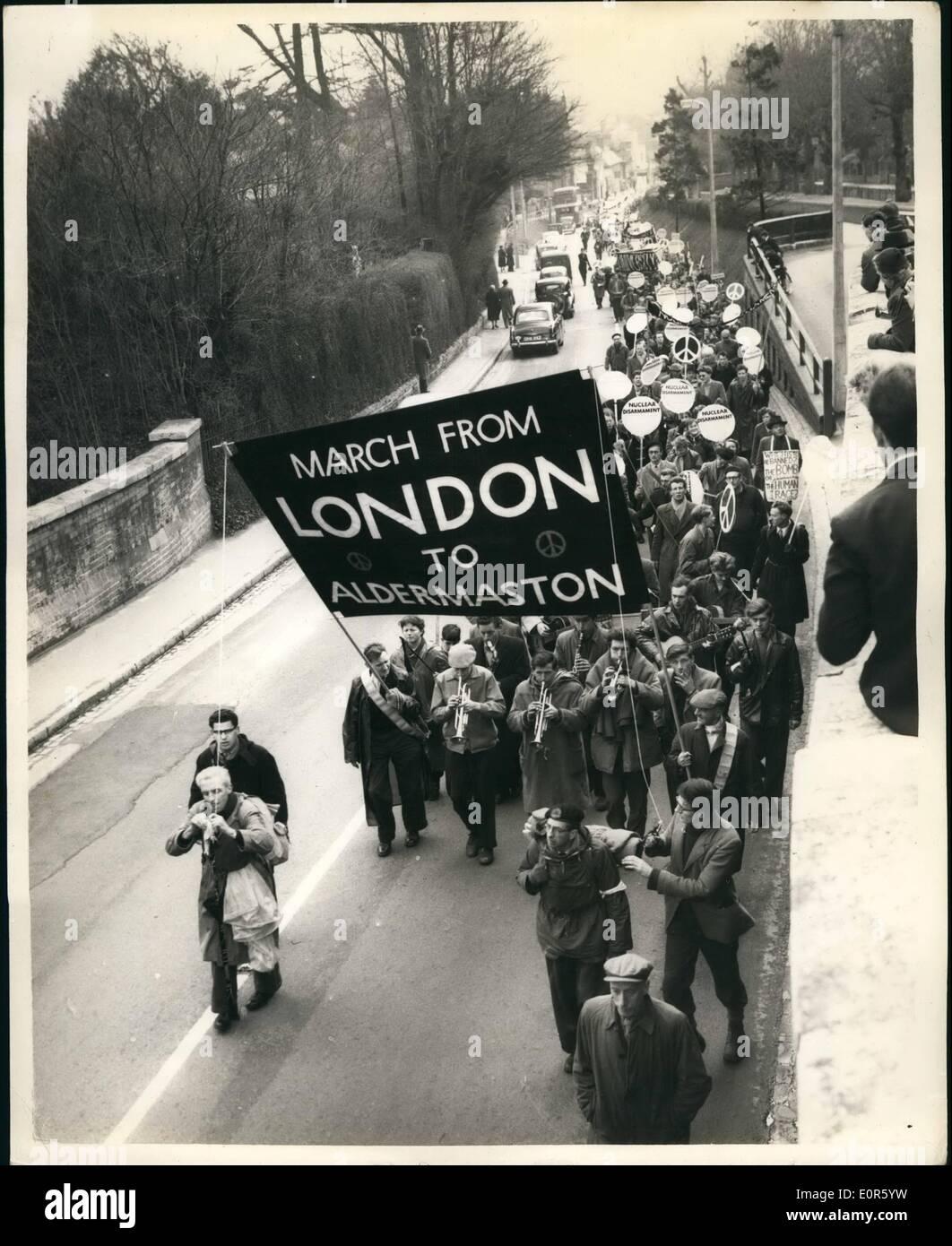 4. April 1958 - H-Bombe Aktivisten weiterhin ihre 45 Meilen Treck nach Aldermaston in winterlichem Wetter: nach Stockfoto