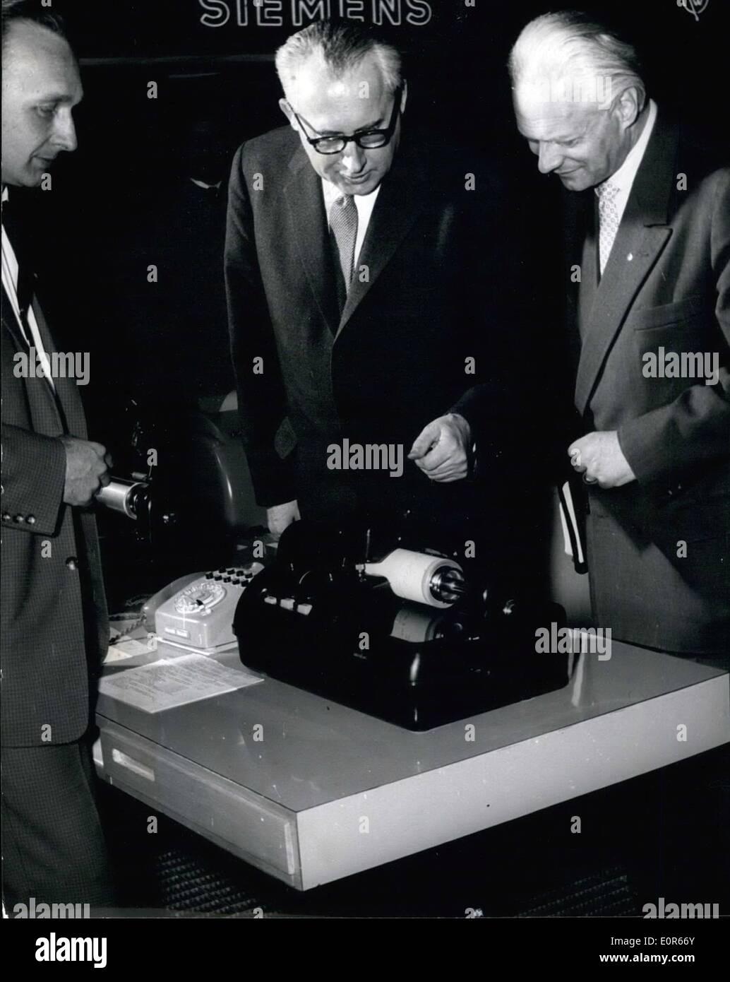 """4. April 1958 - Autogramme mittels Telefonleitungen; Der Erfinder von der """"Hellschreiber'' (eine Art Fernschreiber) Stockfoto"""