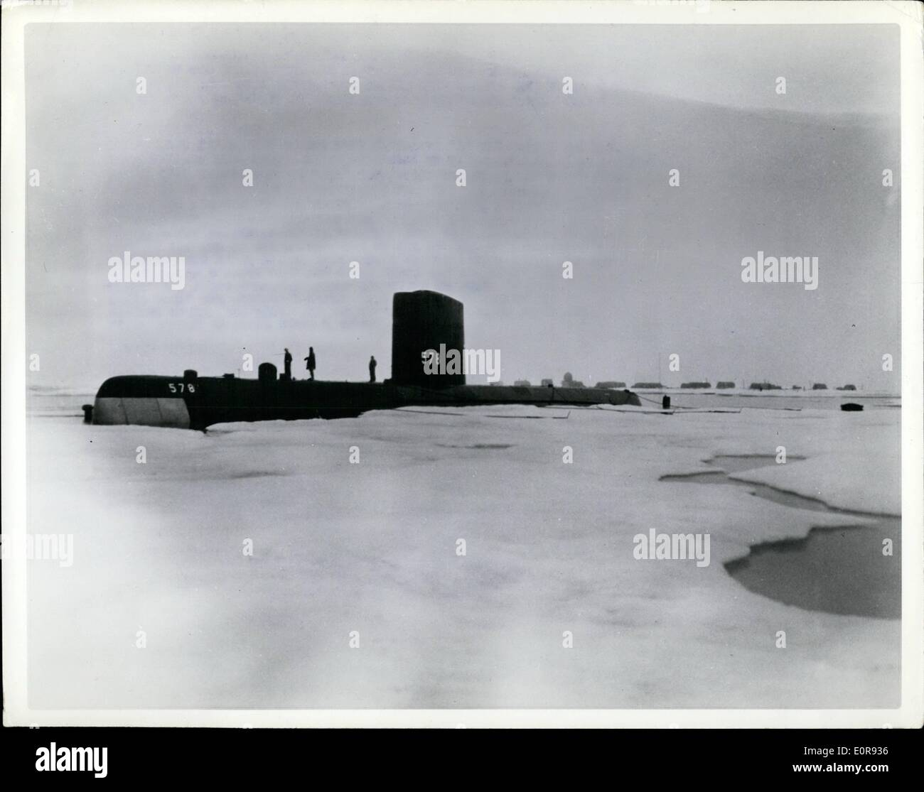 14. August 1958 - Meister-Titel: Skate vertäut an Drift Station Alfa. Skate (SSN-578) das zweite US-u-Boot Stockbild