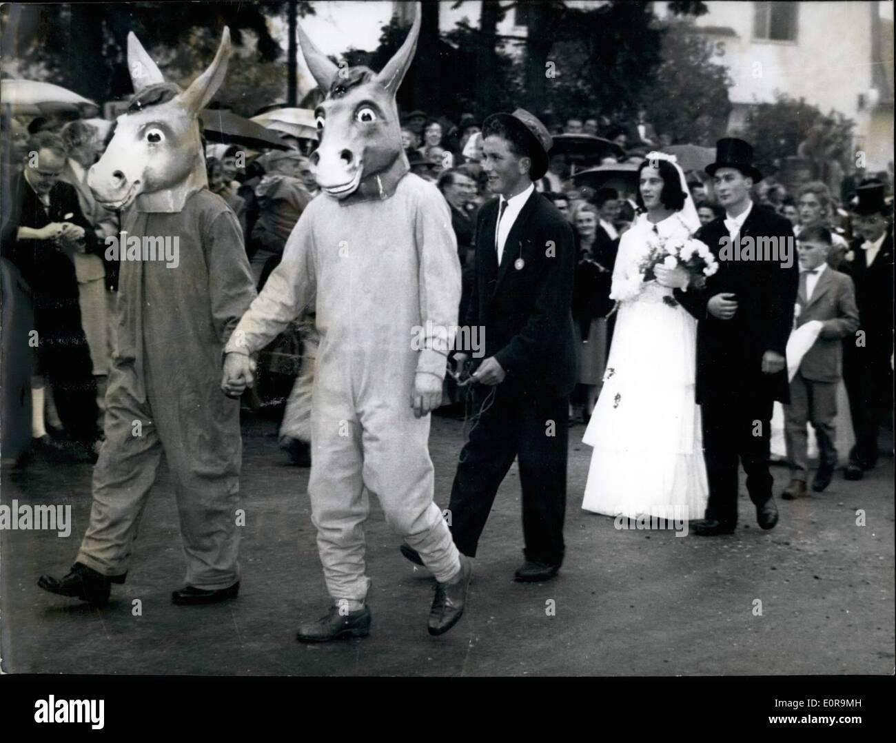"""Sept. 09, 1958 - """"Esel-Weding"""" Trotz des gerichtlichen Verbots: auch genannt '' Esel Jäten """"als offiziellen Diffamierung eines jungen Paares viele Menschen in dem kleinen gekleidet Ort Hütten in der Eifel. Jugend in Hütten war nicht zufrieden mit der """"Som"""", die der junge Ehemann seine Frau bezahlt in Heetten geboren wurde und trotz eines gerichtlichen Verbots nach altem Brauch 'ein Esel Hochzeit' angeordnet, um das junge Paar kleine. Foto zeigt zwei jungen Burschen als Esel führt das junge Paar durch die Straßen von Hetten verkleidet. Stockbild"""