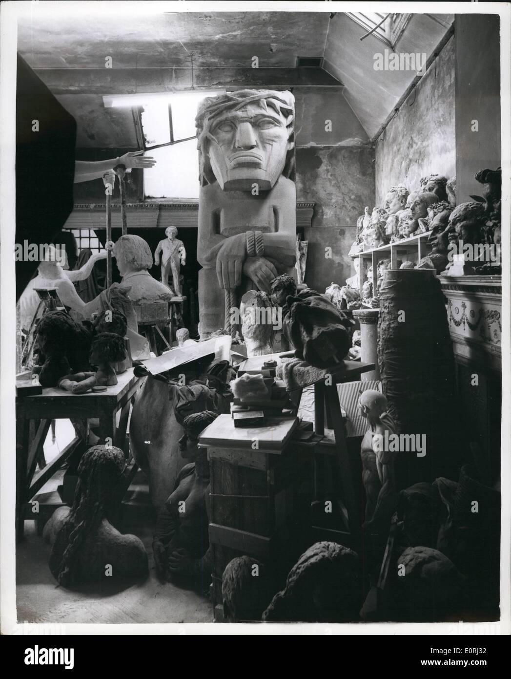 11. November 1959 - Sir Jacob Epstein Studio kann ein Denkmal geworden: Vorschläge gemacht worden, dass Hyde Park Gate Studio von der späten Sir Jacob Epstein, der Bildhauer in einer ständigen Gedenkstätte umgewandelt werden soll. Gipsabgüsse von einigen der berühmtesten Werke würde beibehalten werden dort als Anschauungsunterricht für Studenten etc.. Foto zeigt siehe der Mann ist einer der prominentesten Figuren im Studio. Stockbild