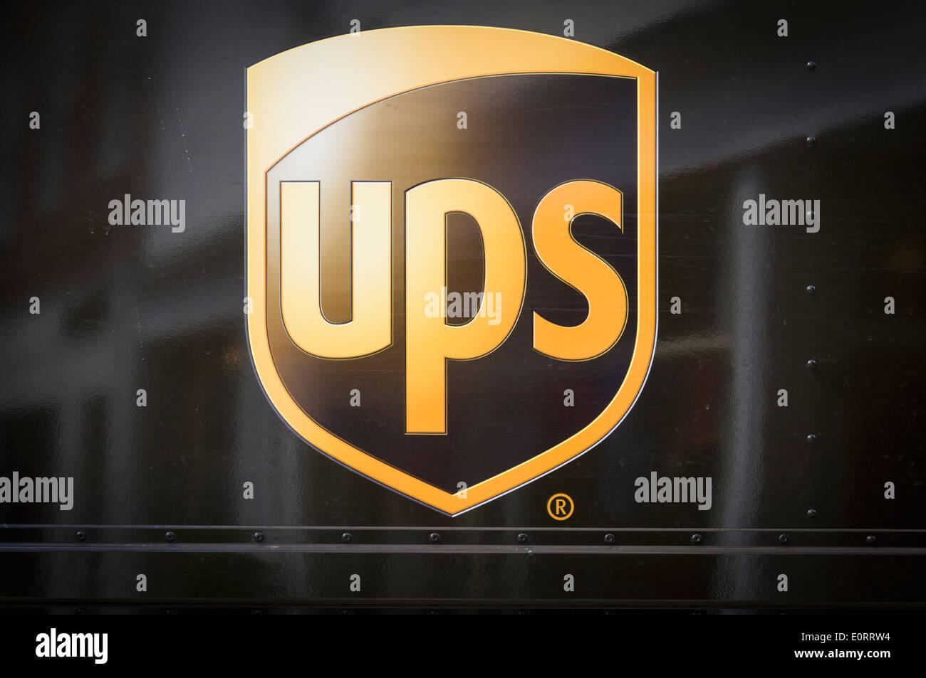 UPS-Logo an der Seite eines Lieferwagens Stockbild