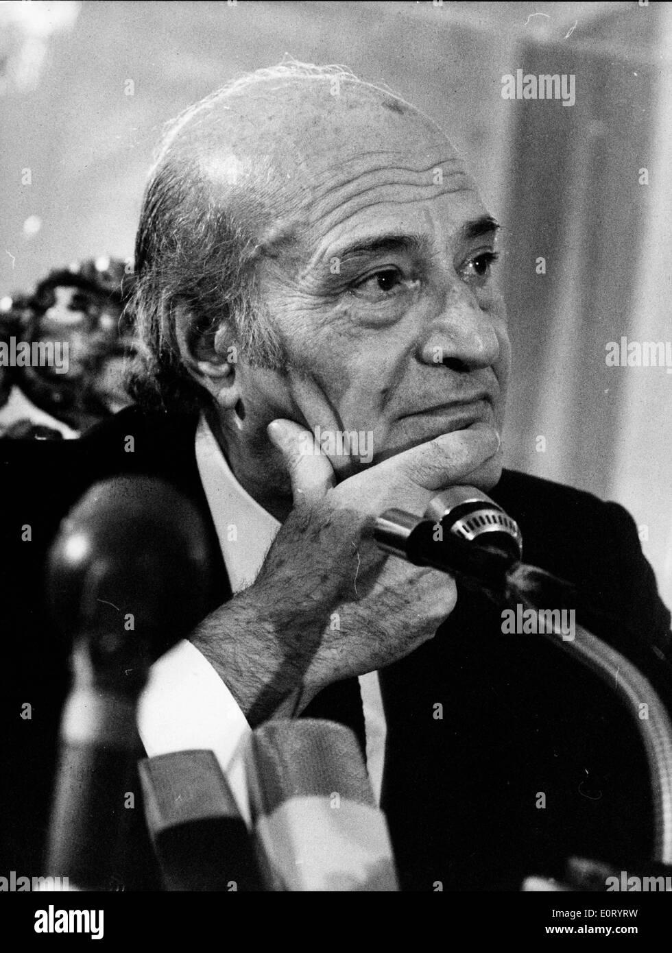 Nobel Prize gewinnende Dichter, spricht ODYSSEAS ELYTIS in ein Mikrofon. Stockbild