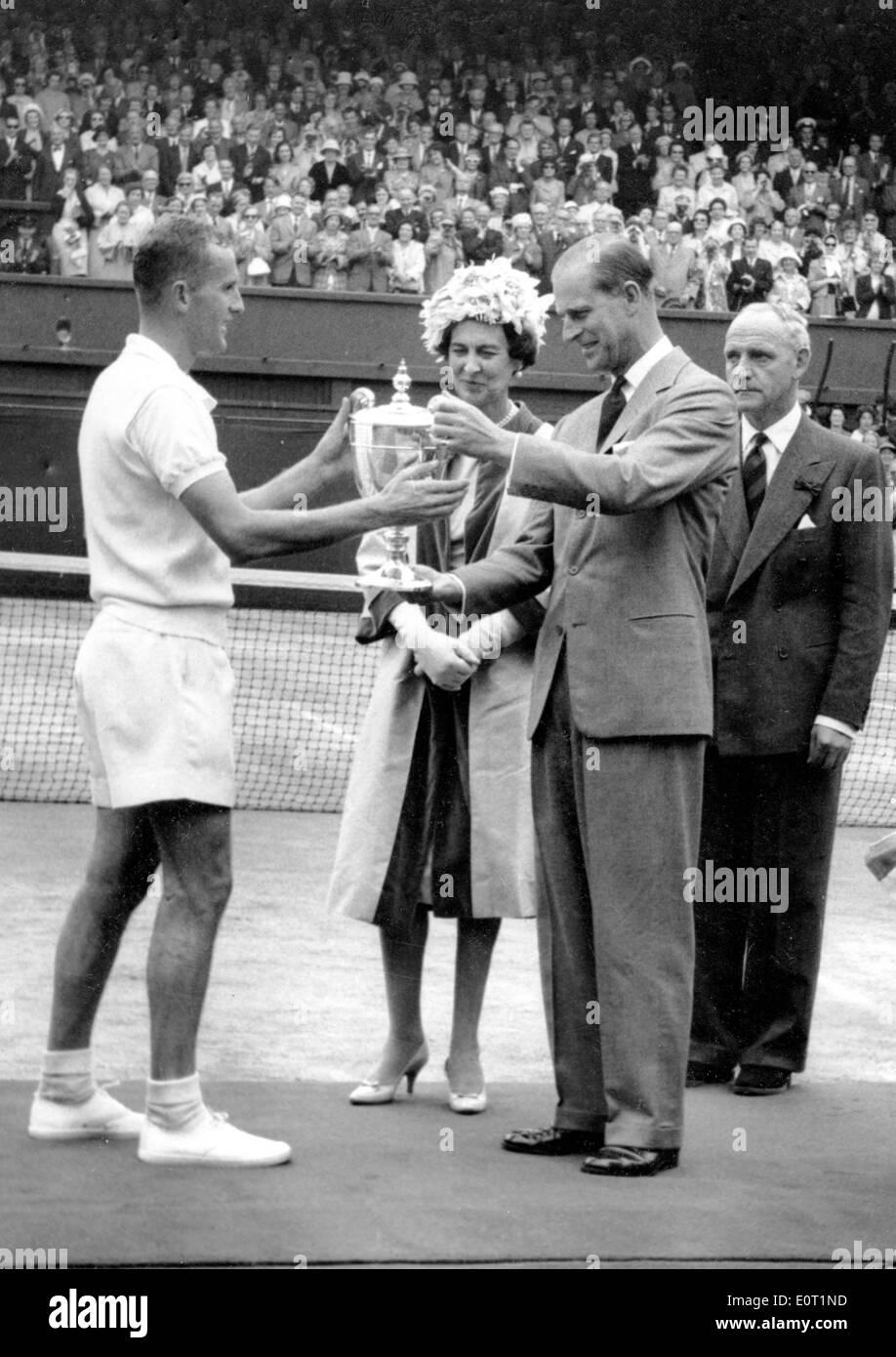 Prinz Philip vergibt Neale Fraser mit Wimbledon Cup Stockfoto
