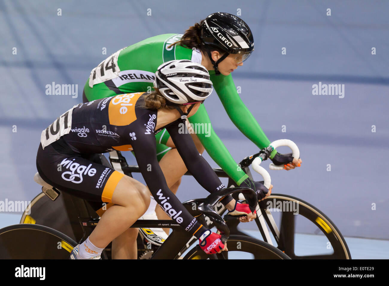 Laura Kenny (Laura Trott) (f) und Caroline Ryan (b) in der Frauen Omnium auf Revolution 5 2014, Lee Valley Velopark konkurrieren. Stockbild