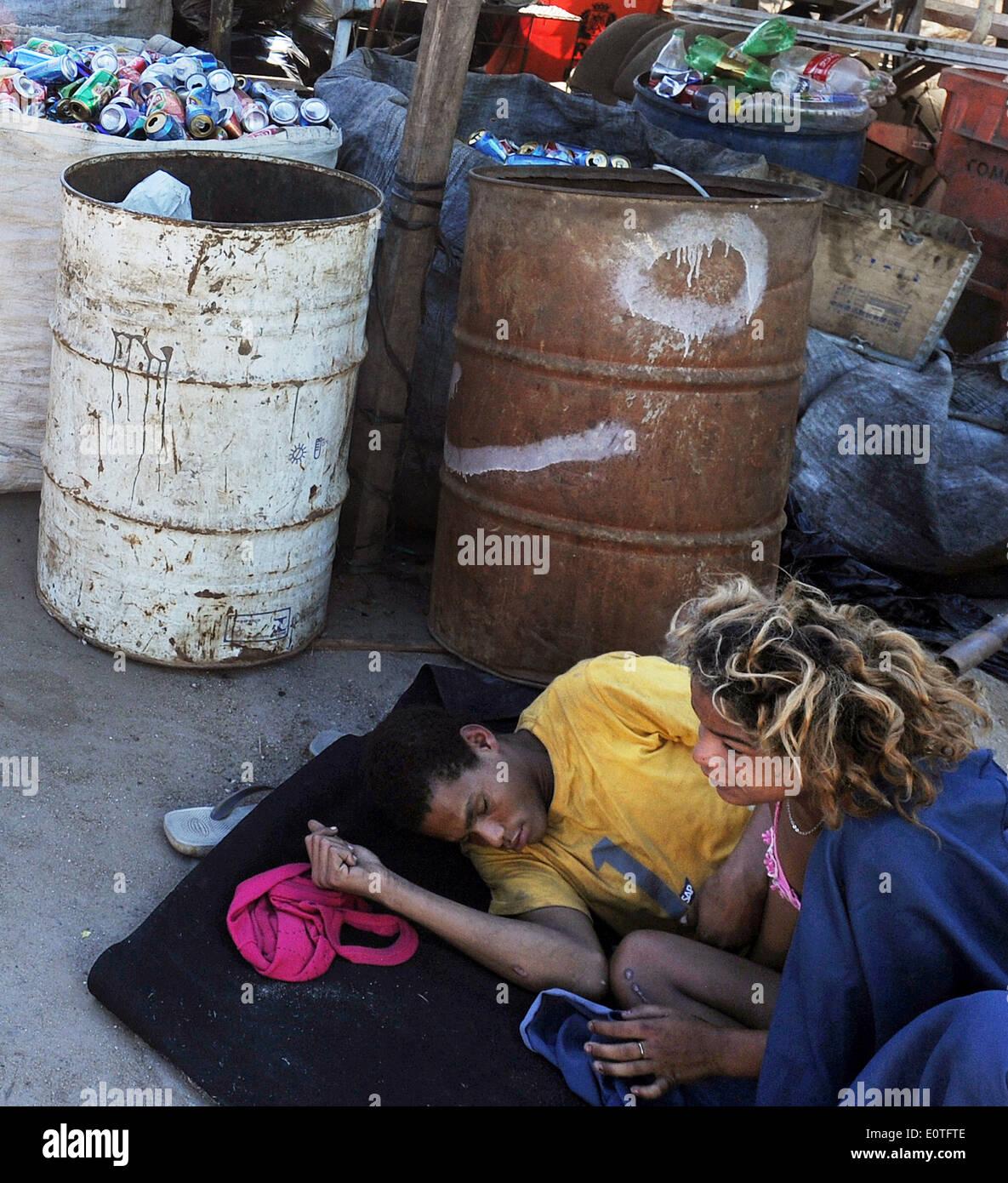 Rio De Janeiro, Brasilien, liegt Januar 2014 paar Riss Adicts in eine Müll-Einzahlung auf ein Shantytowm. Stockfoto