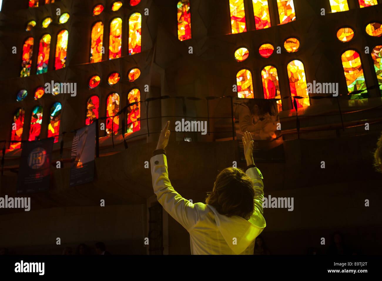 Frau mit ihr die Hände auf die Luft, beten in der Sagrada Familia, Barcelona Stockbild