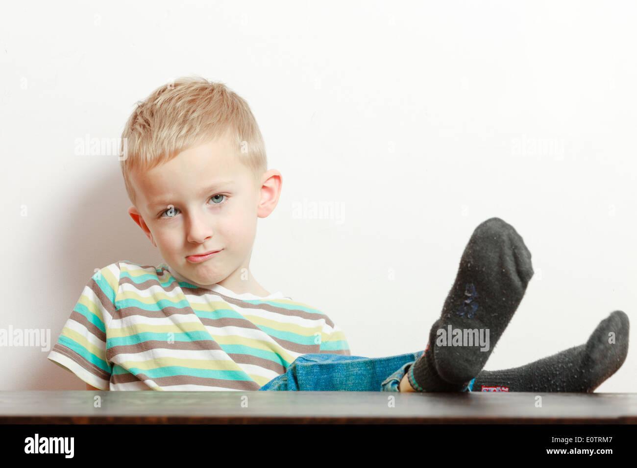 Manieren. Porträt von gelangweilt frecher junge Kind Vorschulkind ...