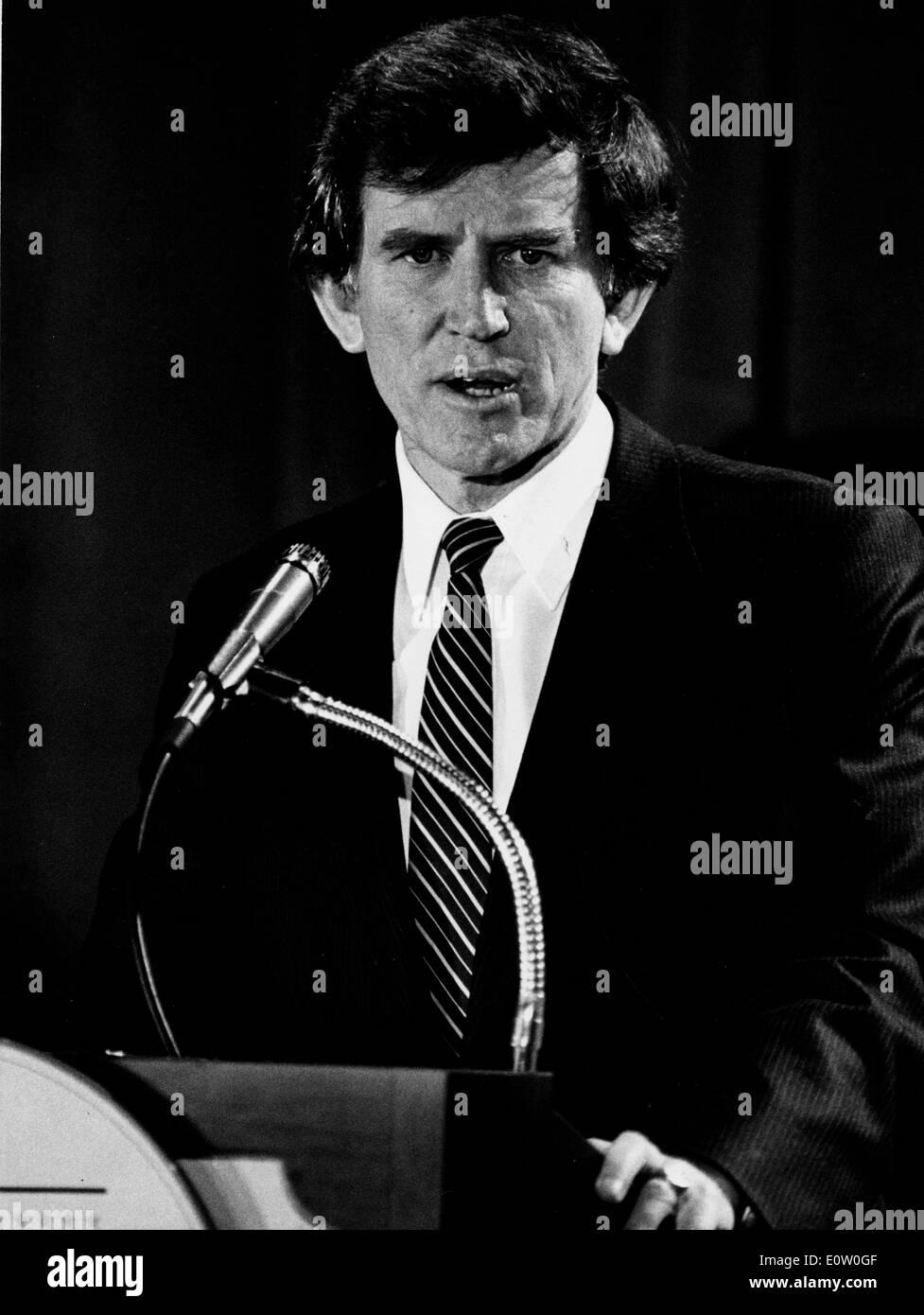 Senator Gary Hart spricht bei Pressekonferenz Stockbild