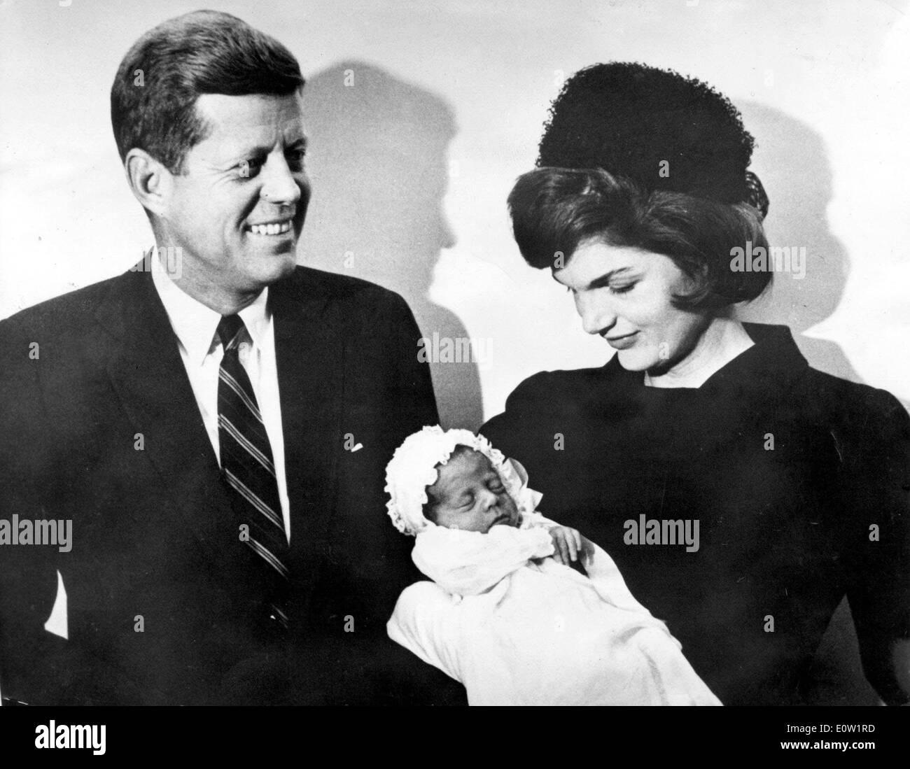 Präsident Kennedy und Jackie nach Sohnes Taufe Stockfoto