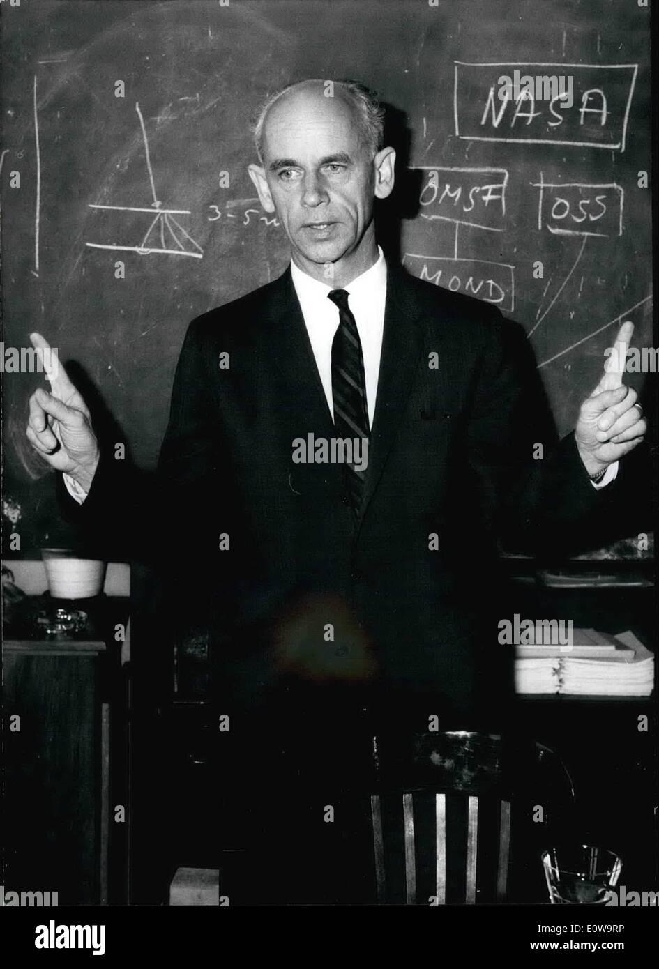 4. April 1962 - Rakete Wissenschaftler Dr. Ernsht Stuhlinger in München: der deutsche amerikanische Raketenwissenschaftler und Physiker Dr. Ernst Stuhlinger (Stuhlinger) kam am 3. April in München, wo er ist, nehmen Teil am 4. April und 5. auf Einladung der Heinkel Flugzeug an einem Symposium über Fragen der elektrischen Aggregate für Raumfahrzeuge arbeitet. Wie Wernher von Braun, Dr. Stuhlinger der ehemaligen Peenemunder-Gruppe dessen technische Werke eine wichtige Grundlage für die moderne Wissenschaft Raum im Jahr 1946 gehörte waren, kam Dr. Stuhlinger in die USA zusammen mit einer Gruppe deutscher Wissenschaftler Stockfoto