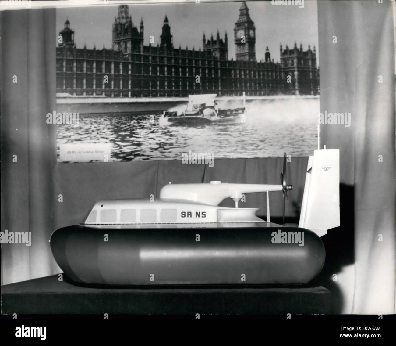 4. April 1963 - wichtige Durchbruch im Hovercraft Entwicklung: der Westland Aircraft Company haben angekündigt, einen wichtigen Durchbruch bei der Entwicklung ihrer Hovercraft. Sie wurden entwickelt, einen flexible '' Rock '' aus Gummi, die es ihr ermöglichen, über viel größere feste Hindernisse, Gräben und mehr besonders größeren Wellen zu reiten, ohne die Leistung zu erhöhen. Diese Entwicklung bedeutet eine große Verbesserung in das Potenzial dieser Schiffe und durch die erhöhte Leistung, die ohne Zusatz zum Gewicht genutzt werden kann... Kosten werden erheblich reduziert werden können Stockbild