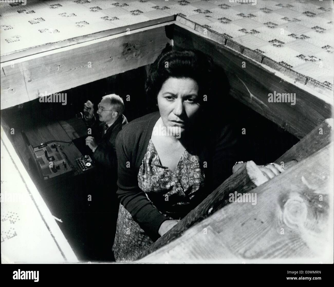 """8. August 1963 - Ring of Spies: unter dem Titel """"A Ring of Spies"""" ein Film gemacht wird ist, gibt einen Tatsachenbericht von der Portland-Spion-Fall von 1961, in dem fünf Personen wurden zum Gefängnis für eine Gesamtmenge von 95 Jahren, für den Verkauf von Admiralität Geheimnisse nach Russland geschickt. Obwohl die Admiralität zur Zusammenarbeit mit den Machern des Films abgelehnt haben, ist der Film technischer Berater Ex-Superintendent George Smith, der Special Branch-Team geführt, das den Spionagering brach. Foto zeigt Nancy Nevinson als Frau Stockbild"""