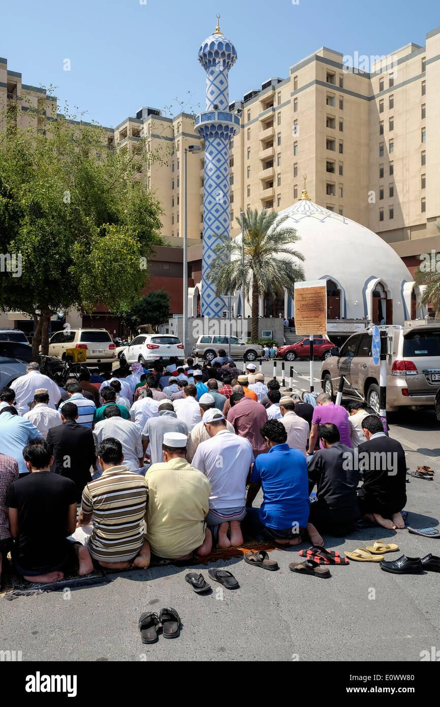 Viele Männer beten am Freitag vor Moschee Burjuman shopping centre in Dubai Vereinigte Arabische Emirate Stockbild