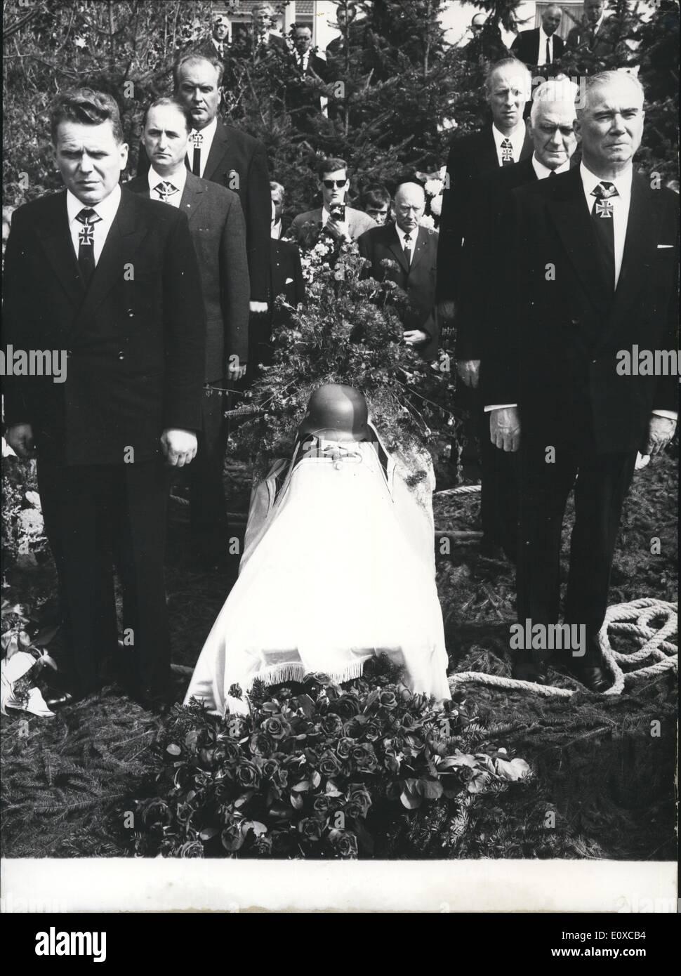 4. April 1966 - die ehemaligen Generaloberst der Waffen - SS'' '' und Commander-in-Chief der sechsten '' SS'' - Panzer-Armee, Sept Dietrich, der vor dem Russland - Kampagne, Kommandant des Körper-Standards '' Adolf Hitler'', war am Mittwochnachmittag auf dem neuen Friedhof in Ludwig beigesetzt wurde. Der Träger des Ritterkreuz mit Eiche Blätter und Schwertern und brillanten ist am vergangenen Mittwoch im Alter von 74 Jahren gestorben Stockbild