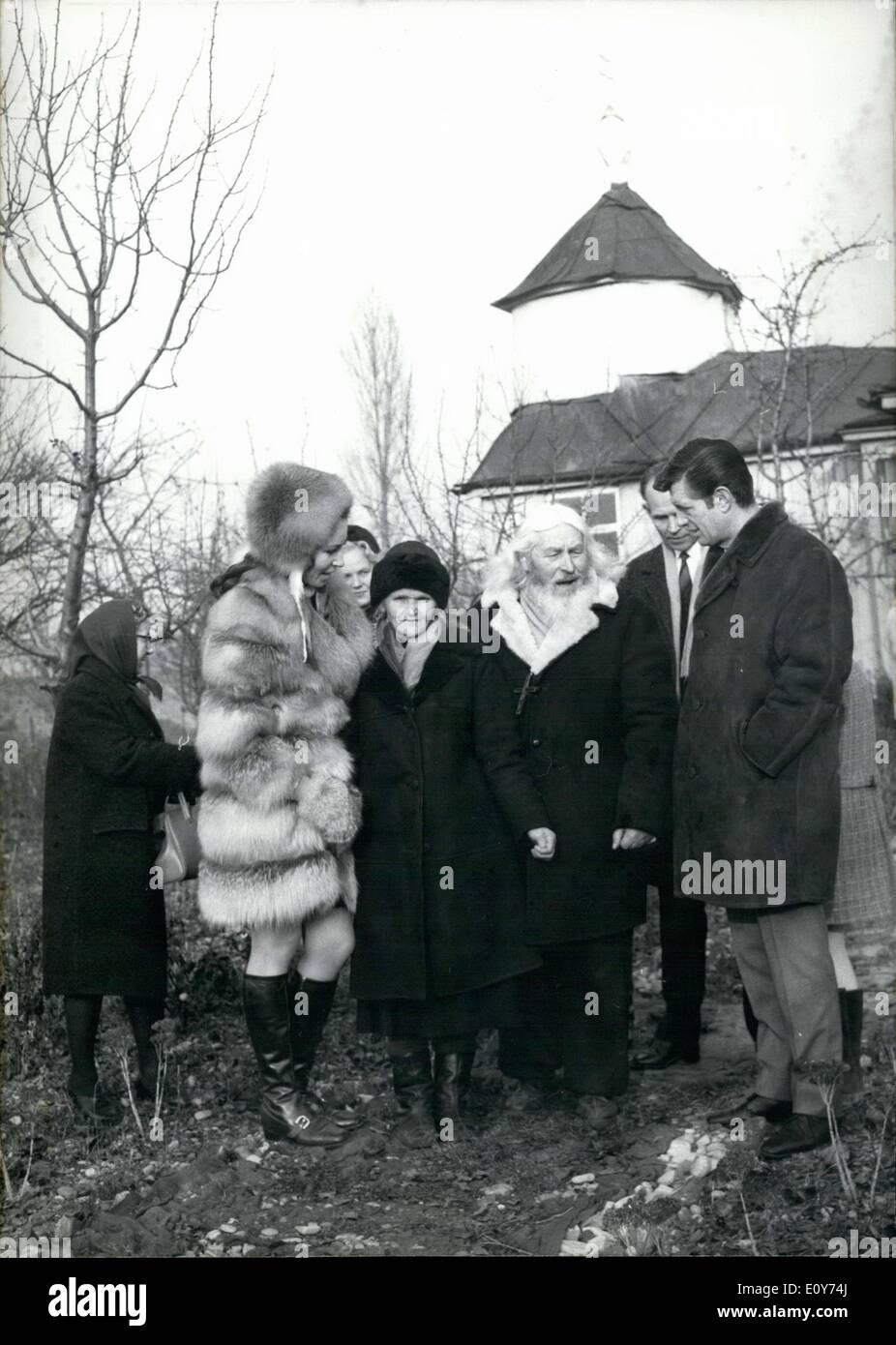 7054cd1935a5d Dezember 1968 - V? Terchen Timofej und seine Schwester Natascha, lebte in  einer kleinen Kapelle in Olympiaberg ohne fliessendes Wasser oder  elektrisches ...