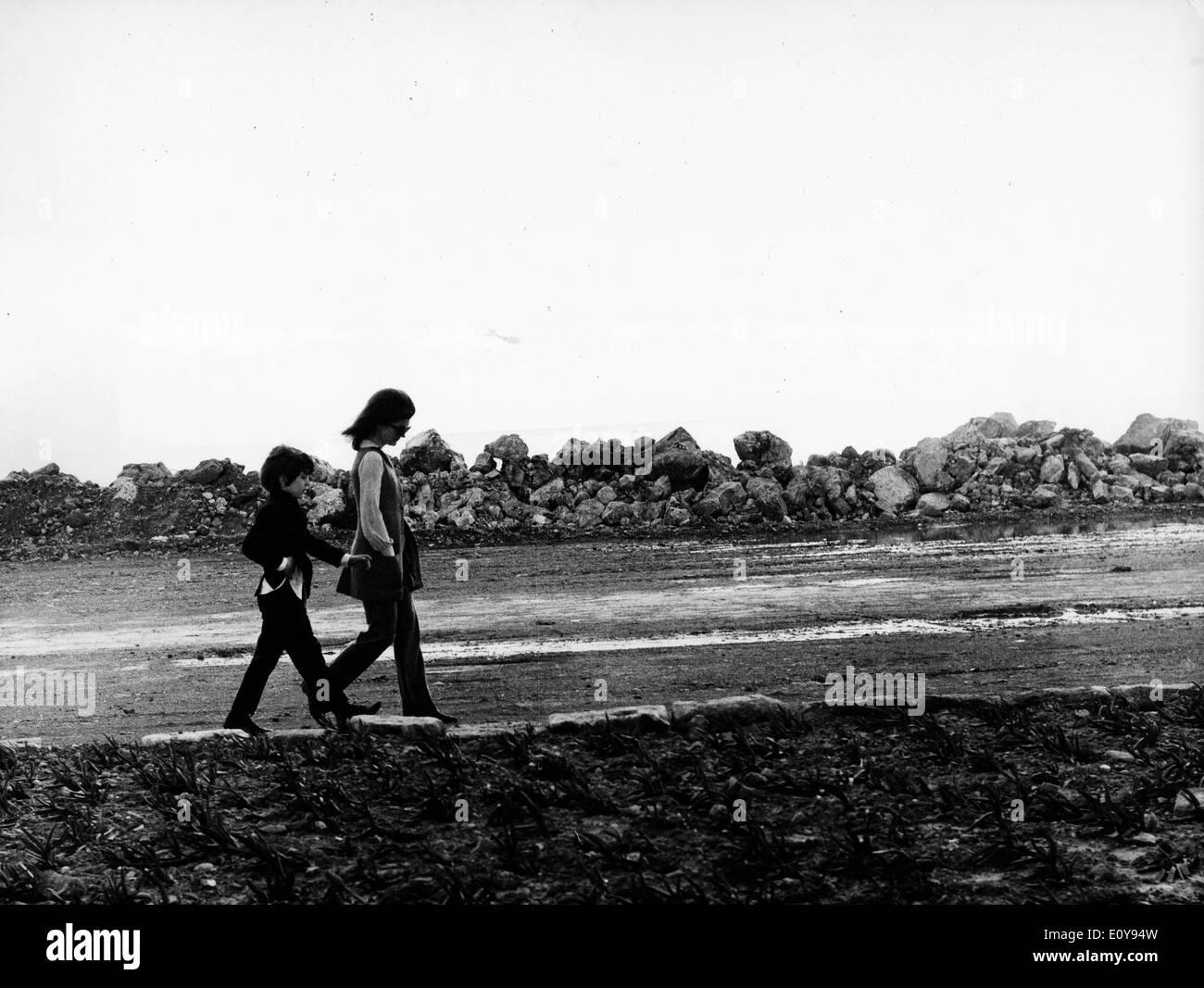 Jackie Kennedy und John Jr. Fuß auf die Insel Stockfoto