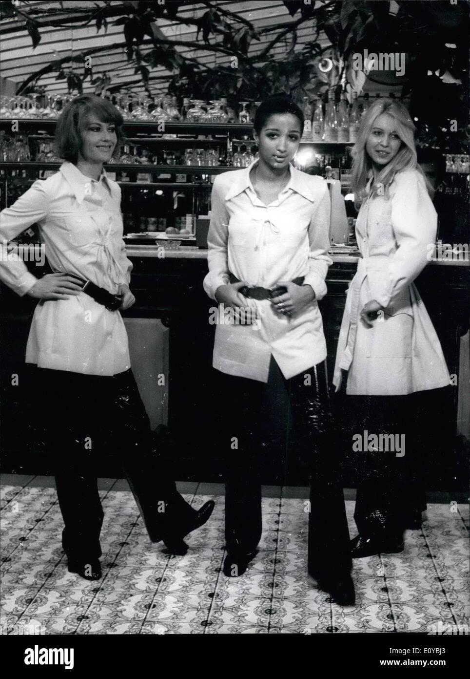 Oktober 1969 - kommen diese Outfits aus Andre Ledouxs-to-Wear Kollektion,  die enthält viele große Mäntel und Strickjacken, über Hosen oder Mini-Röcke  ... 89b86a34d11