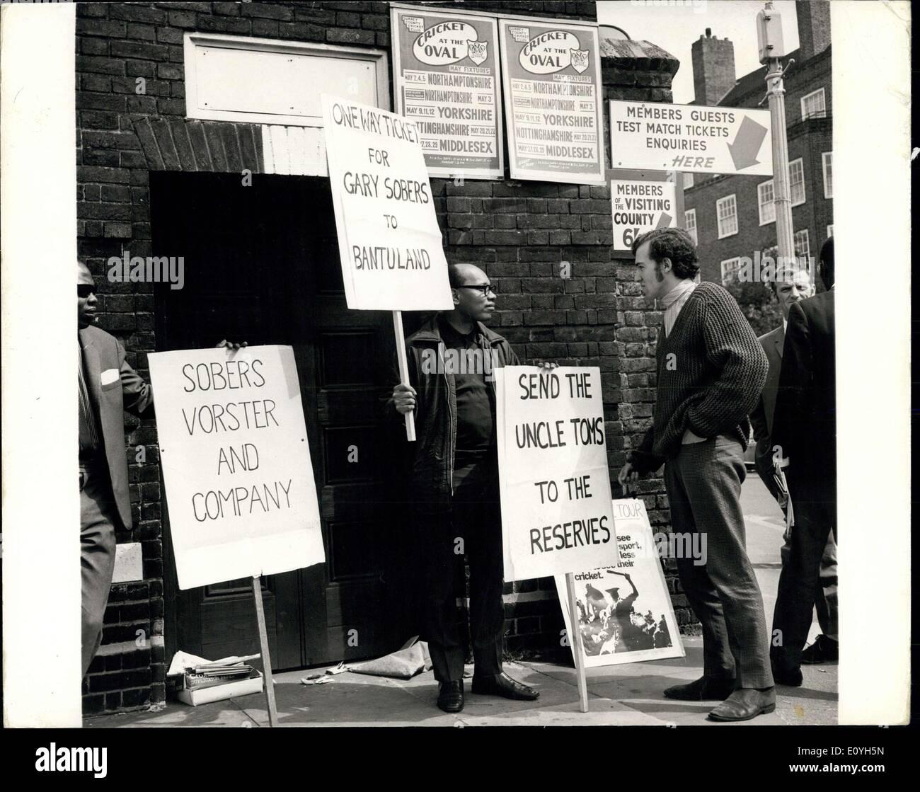 """20. Mai 1970 - Demonstration auf das Oval: West Indian Cricket spielen für englischen Grafschaften """"Pilooried"""" werden, wenn sie sich weigern, unterstütze die Forderung nach der südafrikanischen Tour stop der Westindischen Kampagne gegen Apartheid Cricket sagte gestern. Die Kampagne hat nur fünf Antworten auf 30 Briefe an alle West-Indische und asiatische Spieler in Großbritannien drängte sie zu verweigern, die Förderung der Tour helfen, indem Sie öffentlich erklärt, dass sie es nicht unterstützen würde Stockbild"""